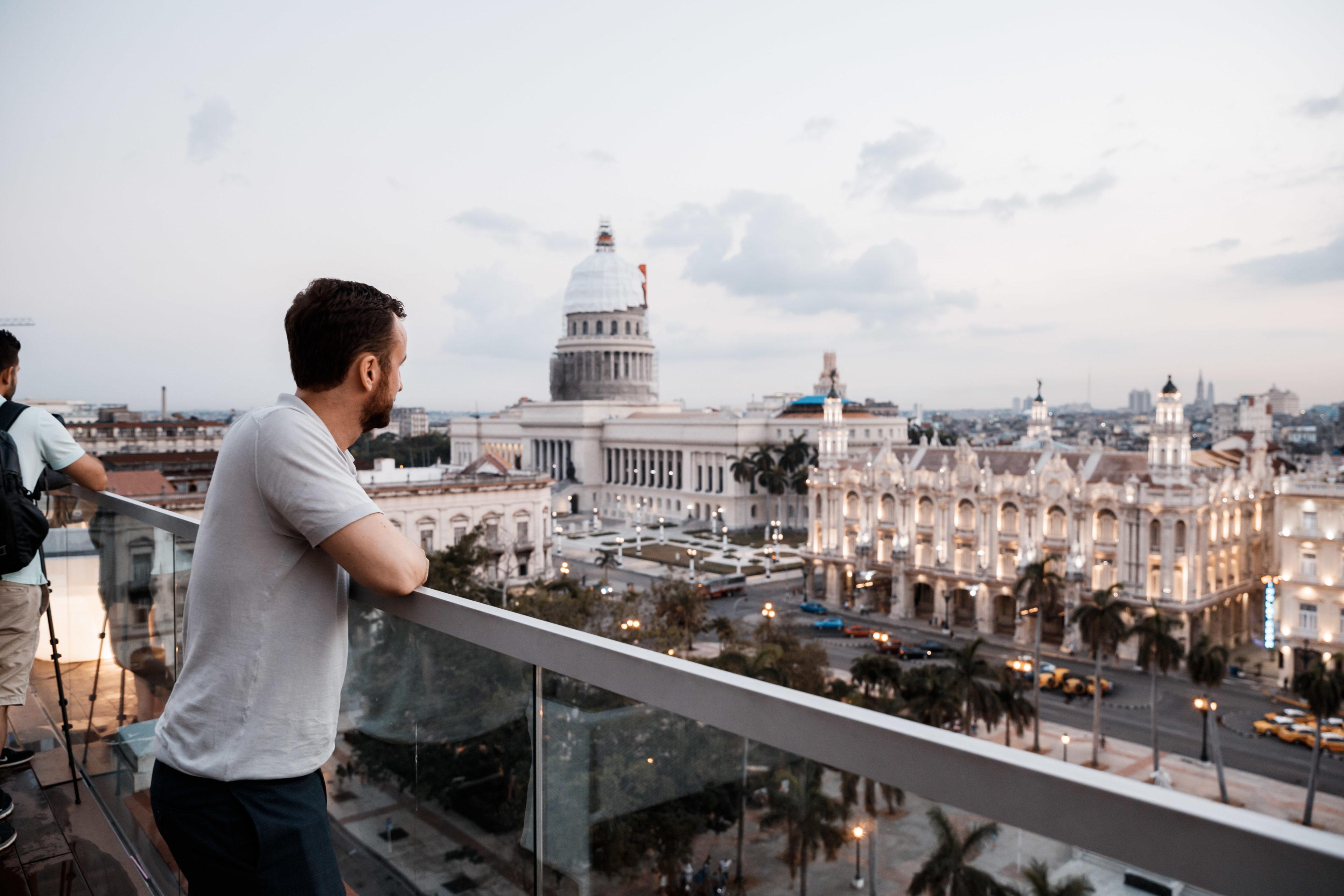 Ein Kuba-Reisender schaut über die Dächer von Havanna während der Cuba Buddy Rooftoptour