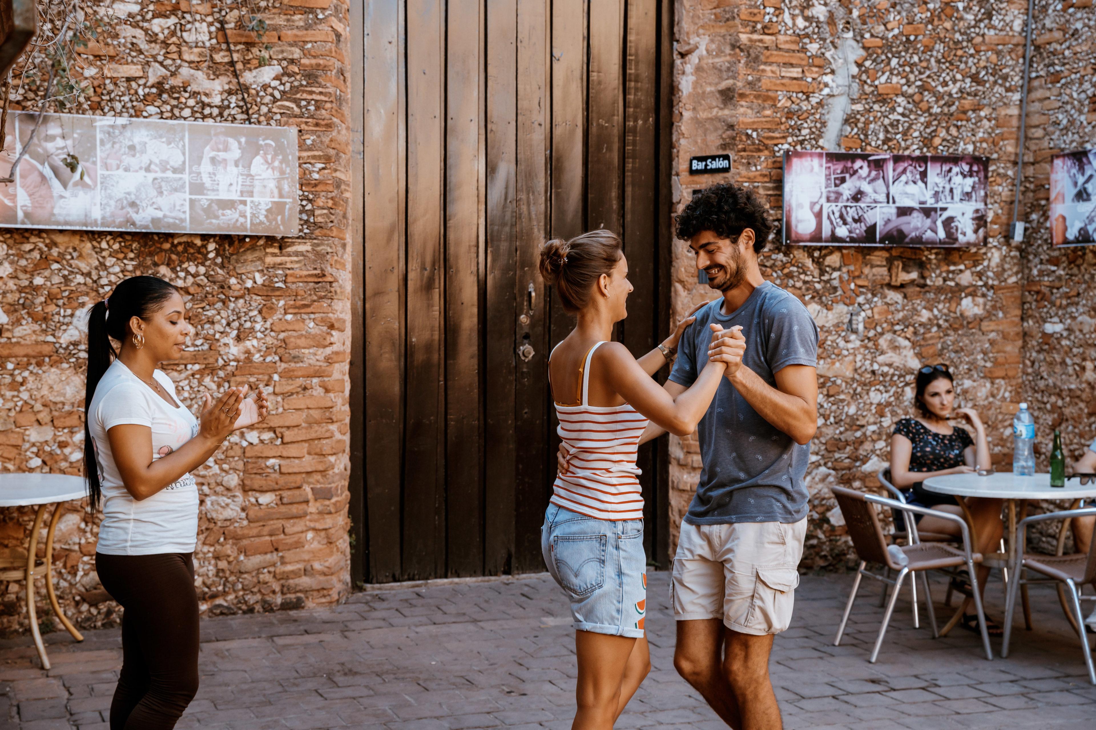 Ein Paar lernt Salsa in einem Salsa-Workshop
