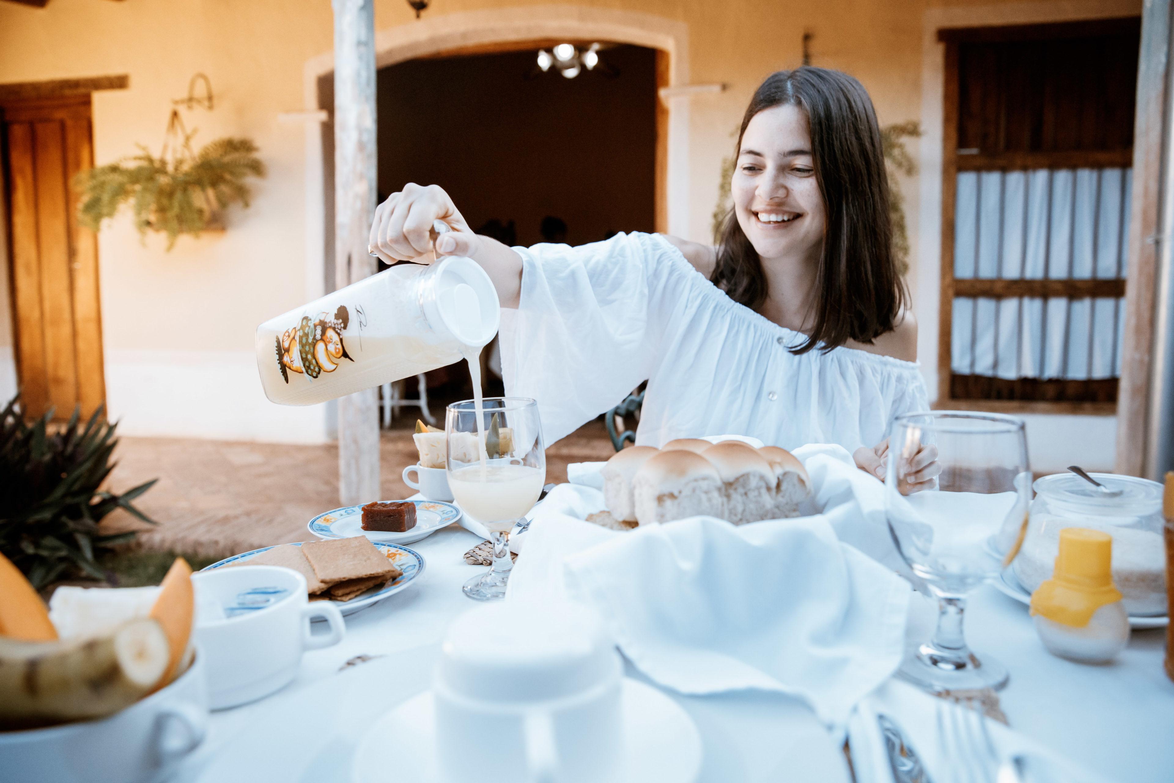 Reisende Frühstückt in der Casa Particular in Kuba