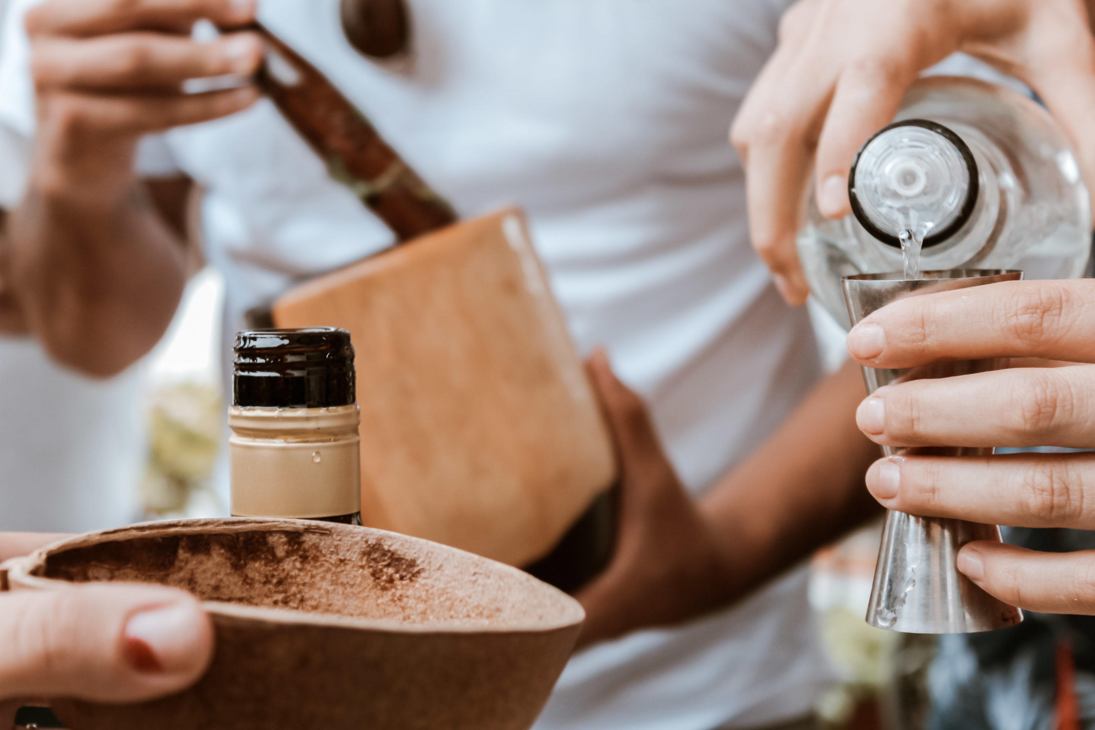 Kuba-Reisende Cocktails aus Rum mixen in einem Cocktail-Workshop