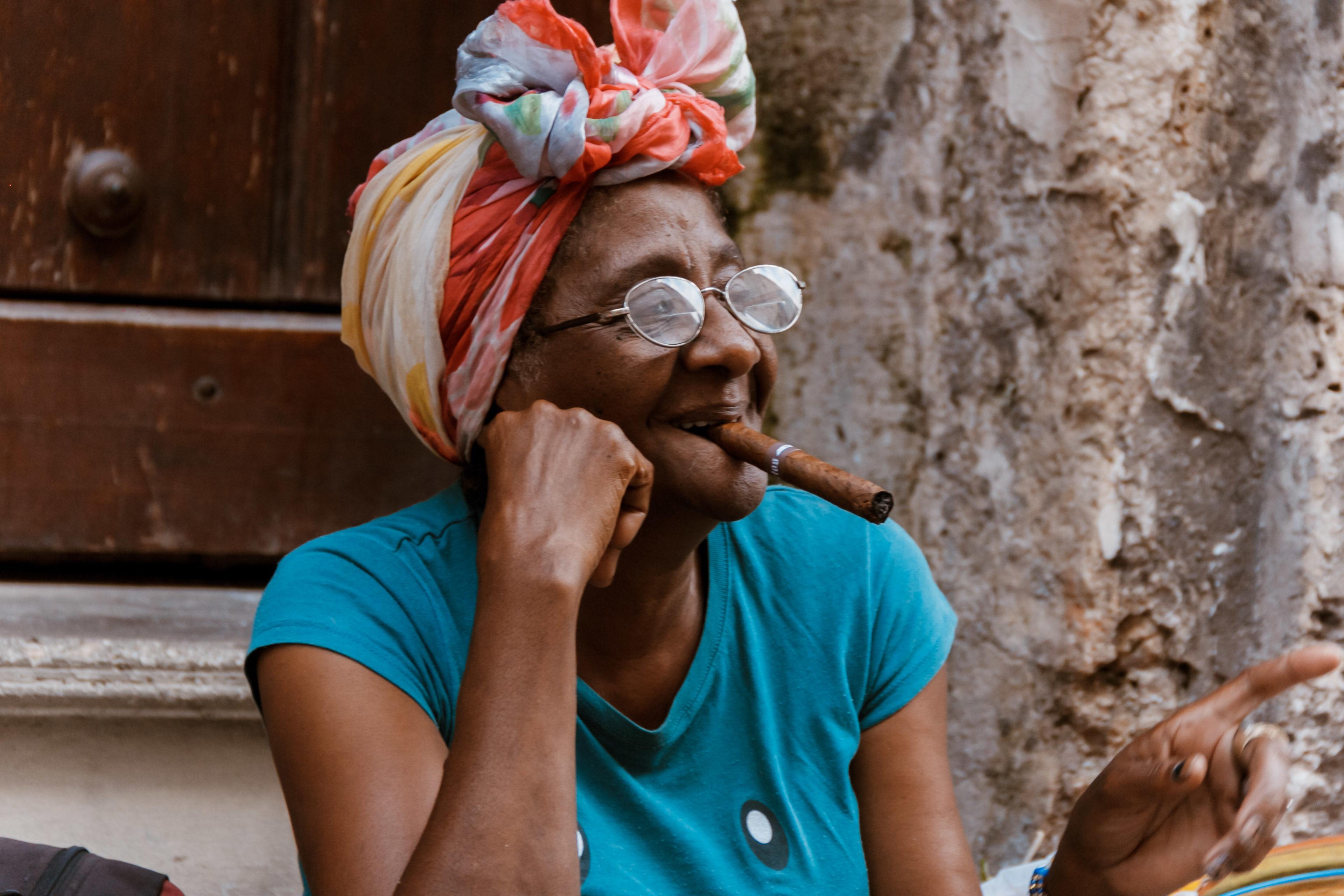 Kubanerin mit Zigarre