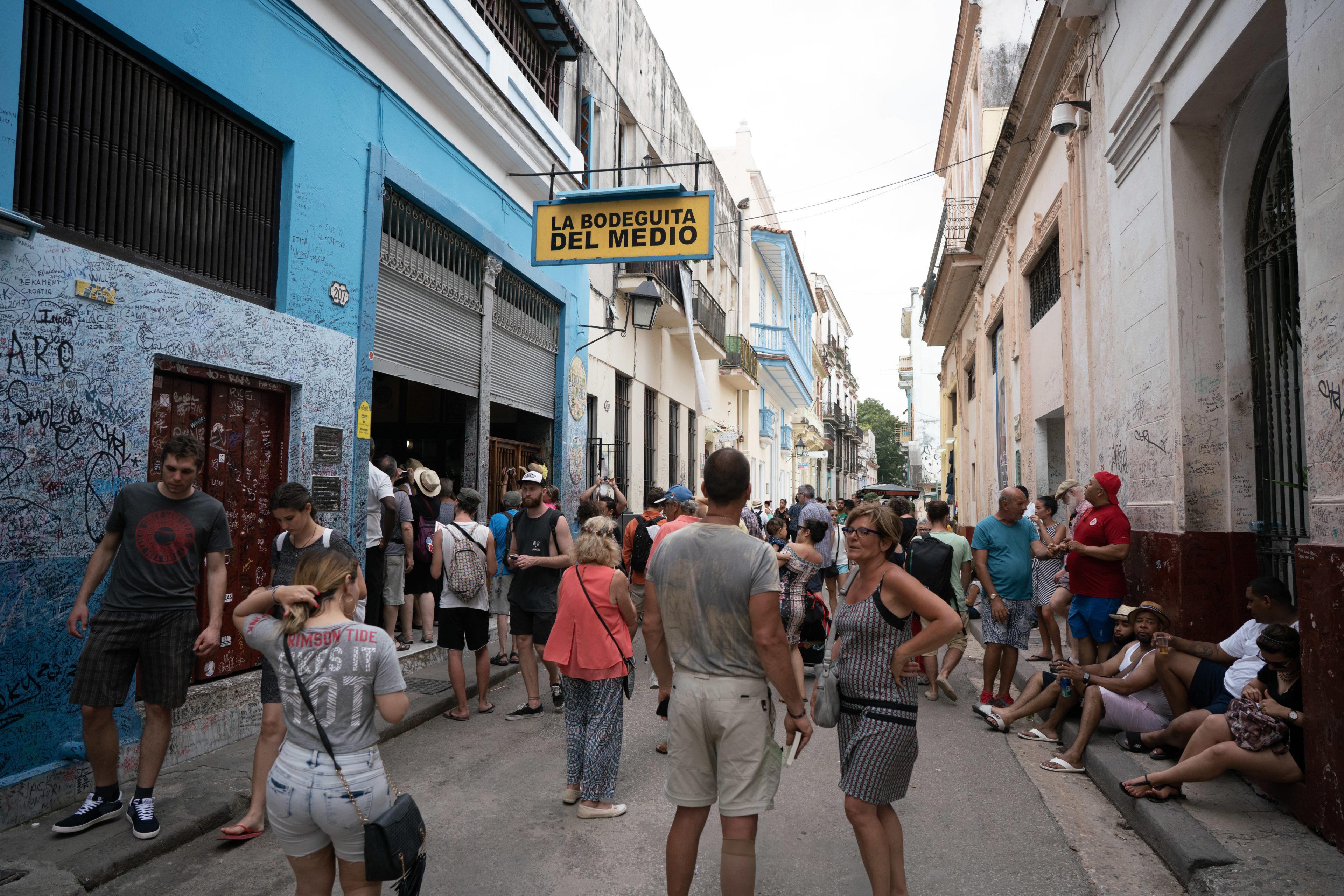 Leute vor Bar La Bodeguita in Havanna, Kuba