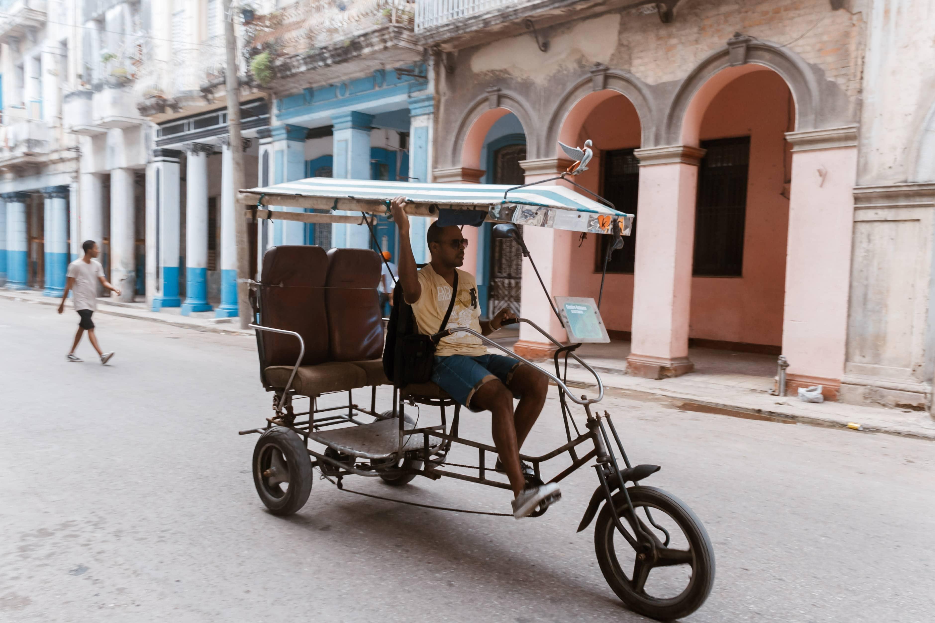 Ein Bici-Taxi fährt durch die Stadt in Havanna