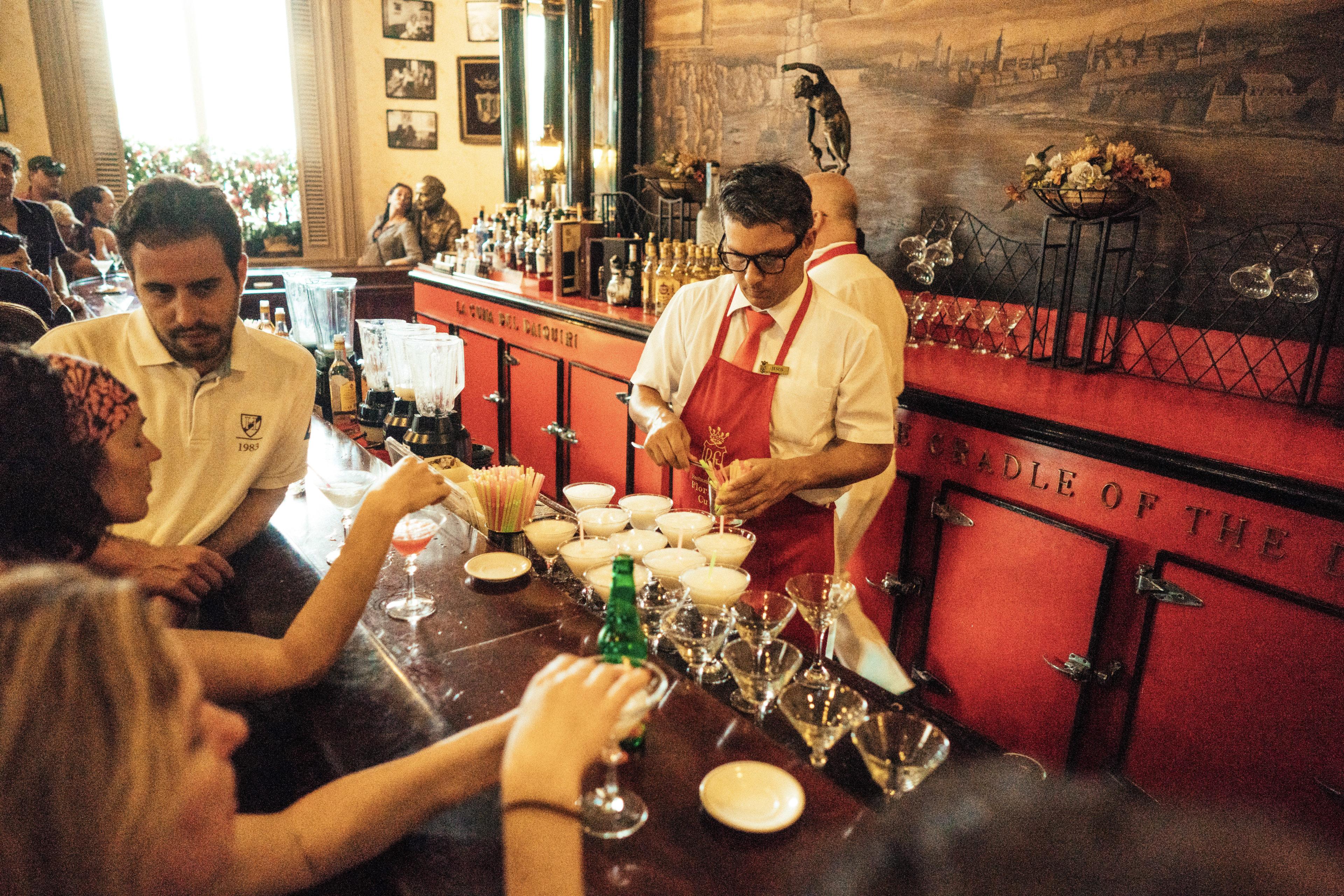 Reisende in einer Bar in Kuba