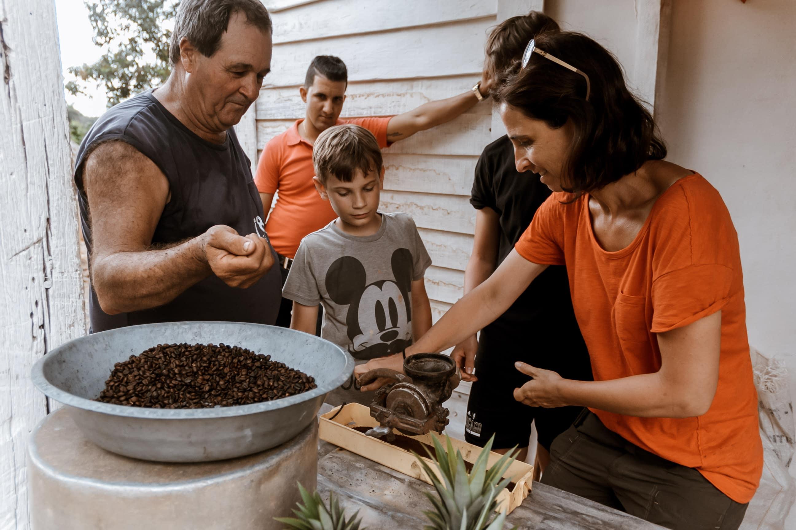 Kuba-Reisende besuchen eine Kaffeefarm und bekommen ein Einblick in den aufwendigen Prozess der Kaffeezubereitung in Viñales