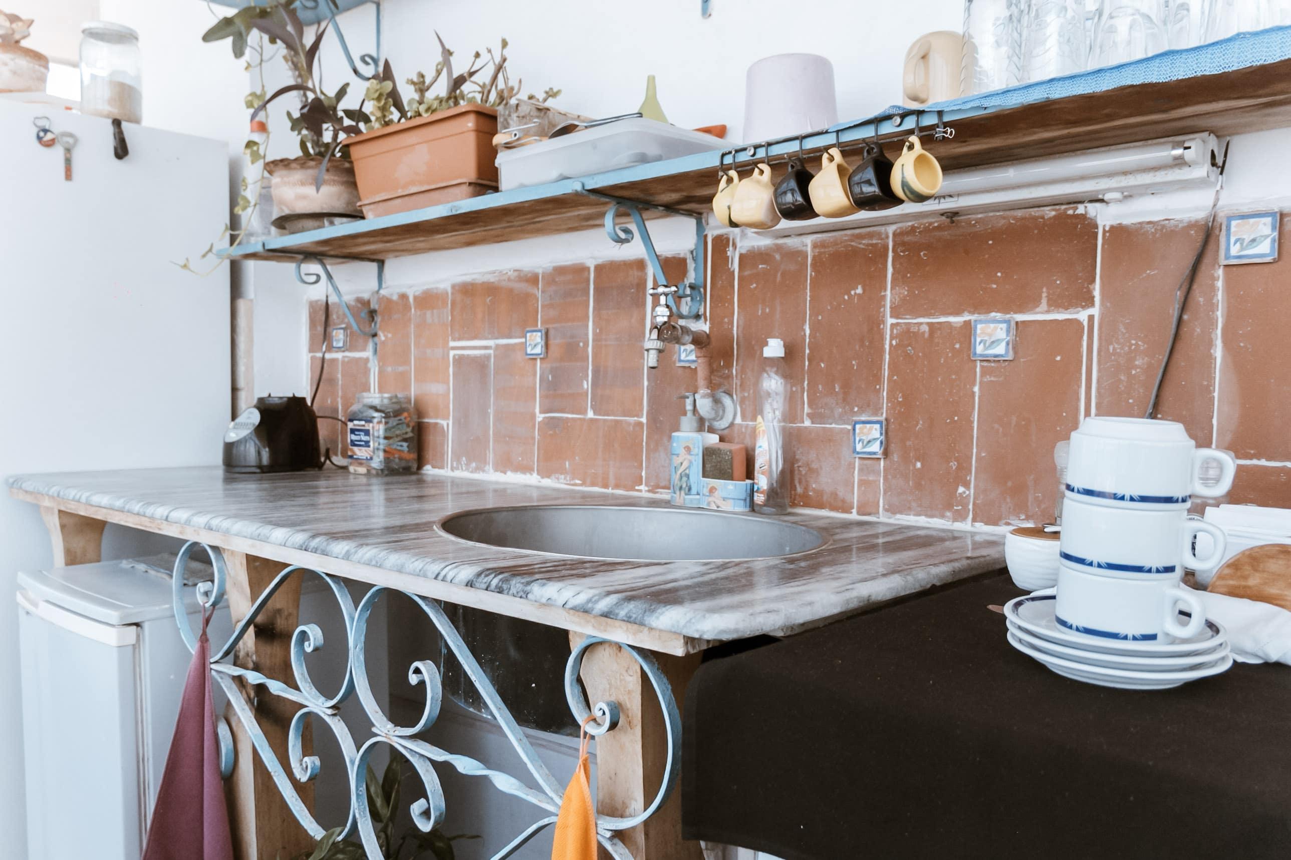 Küchenzeile mit Waschbecken in einer Casa Particular in Kuba
