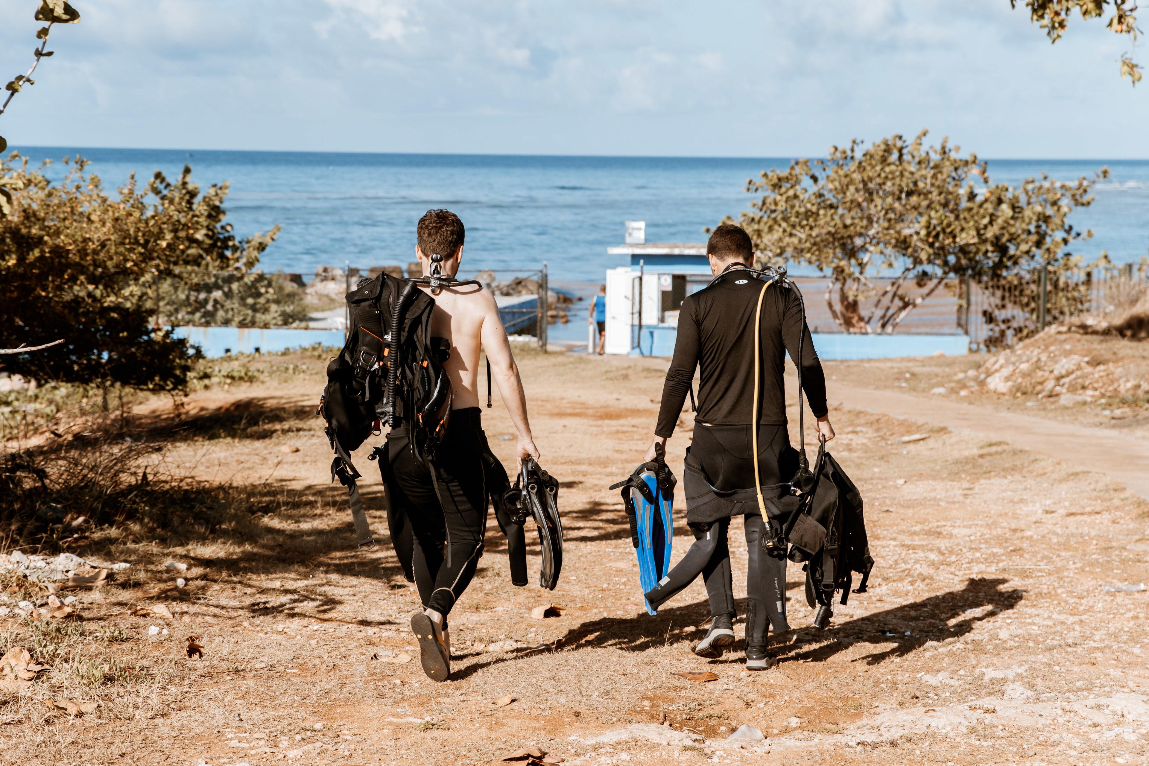 Taucher auf dem Weg zum Wasser in der Nähe von Trinidad