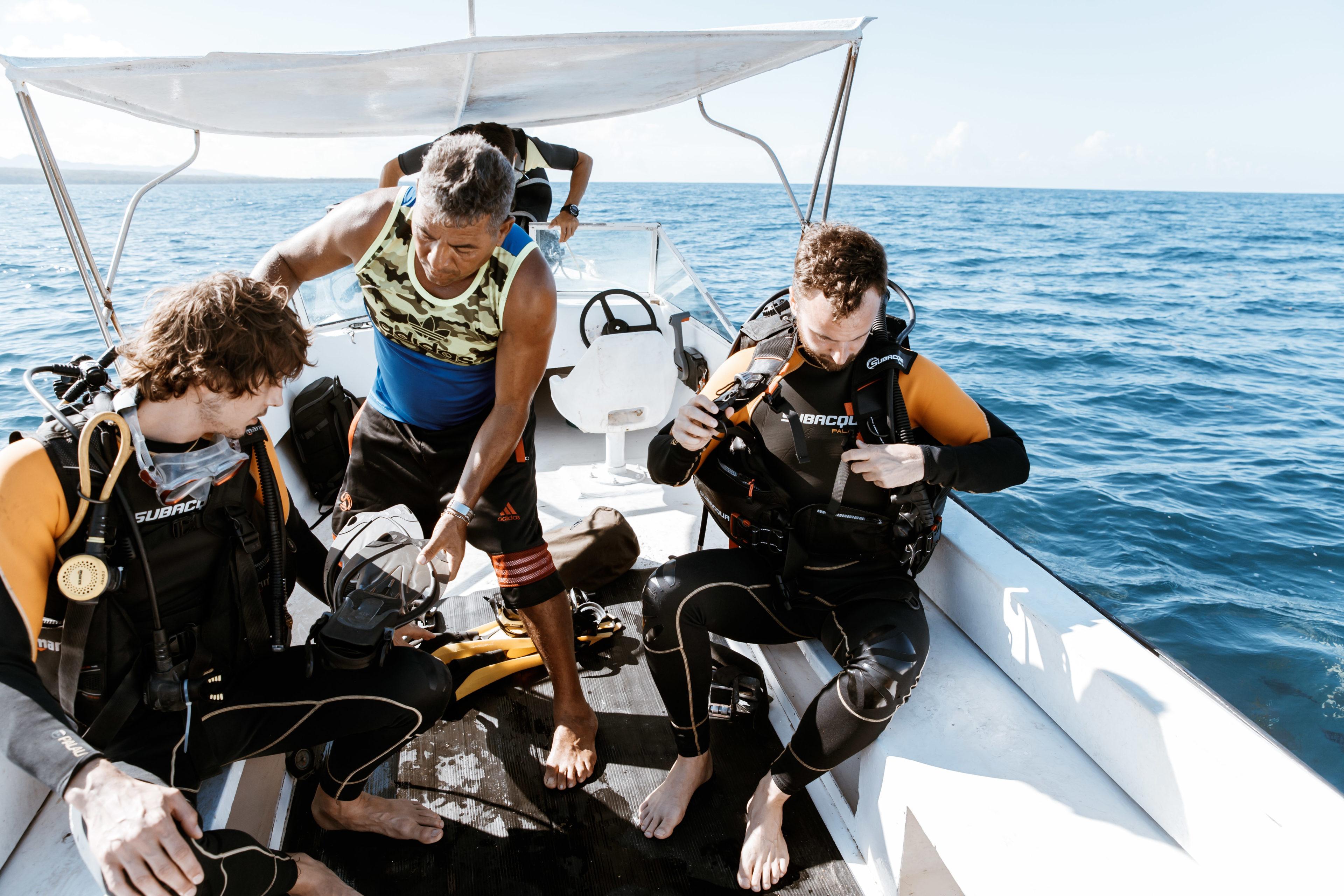 Taucher im Boot in der Nähe von Trinidad