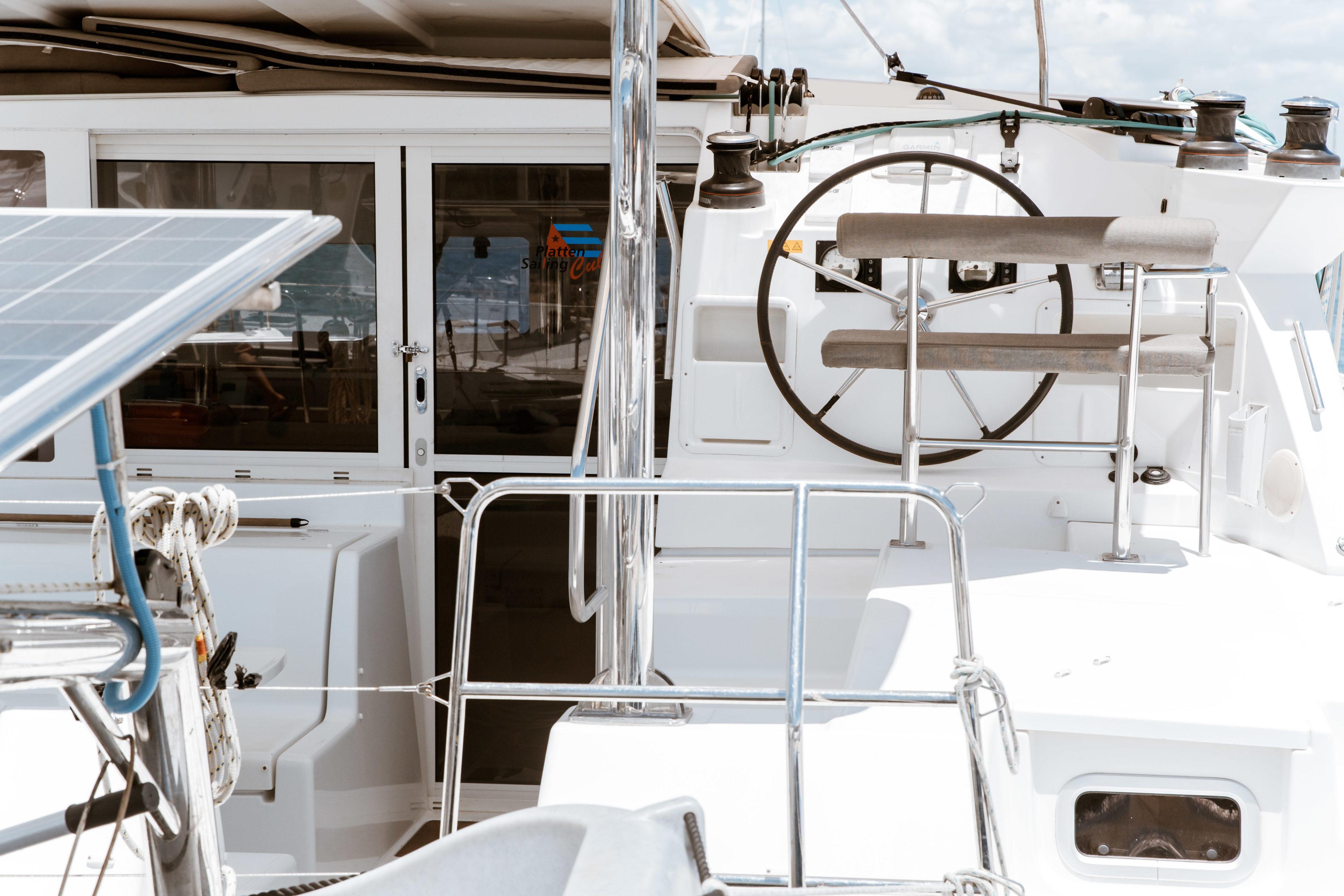 Am Steuer eines Segelbootes durch die Karibik
