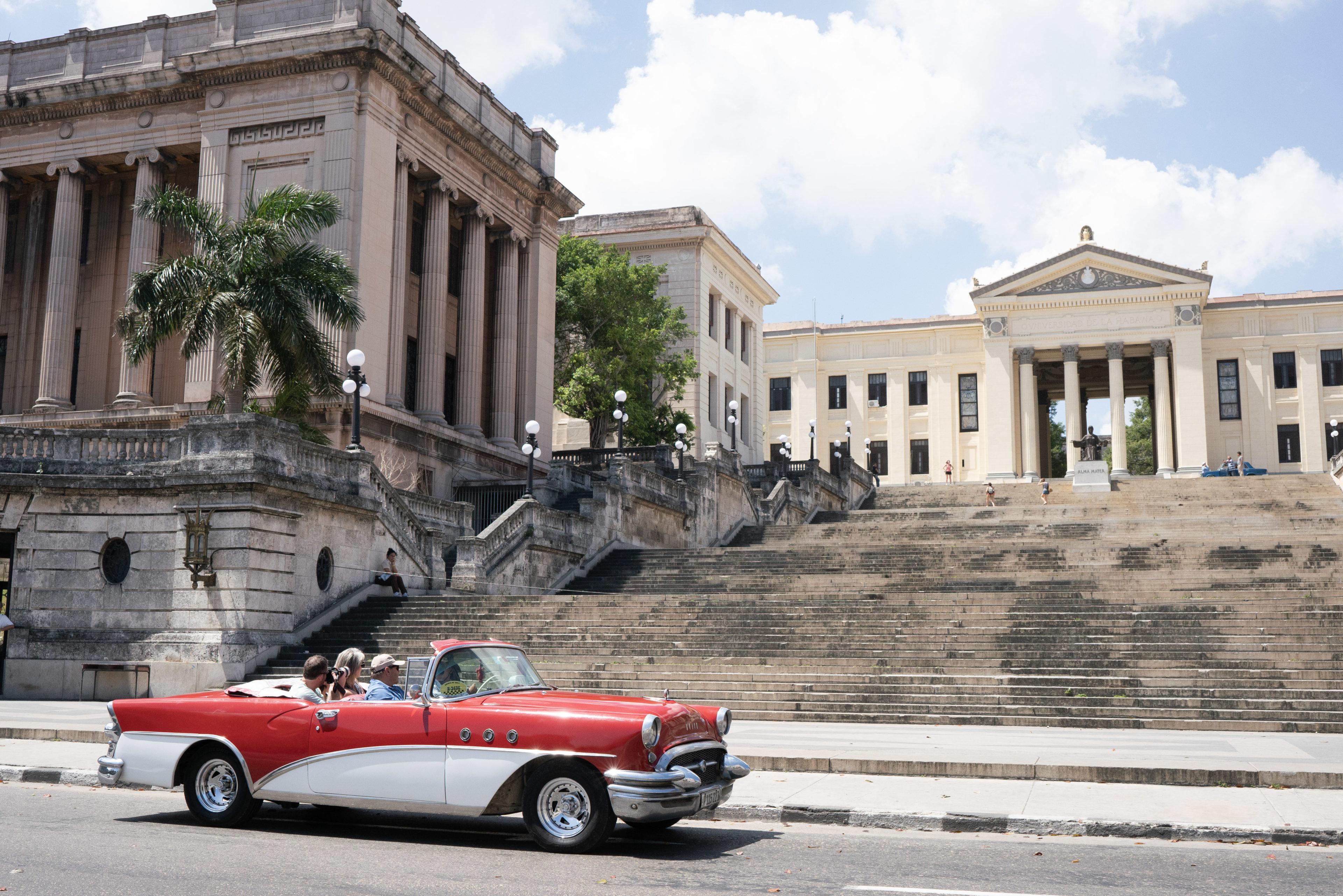 Oldtimer vor der Universität in Havanna