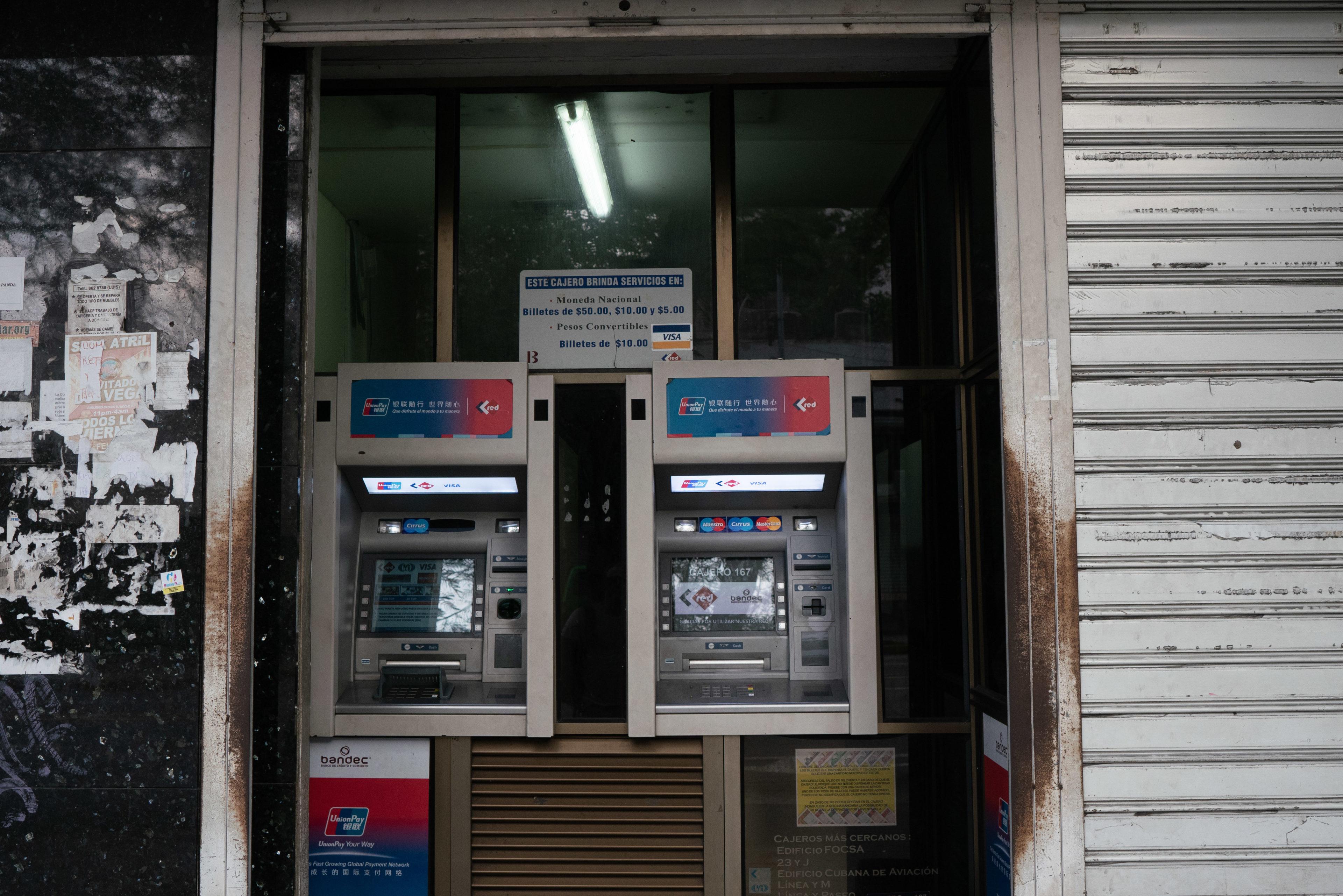 Geld abheben an einem Geldautomaten auf Kuba