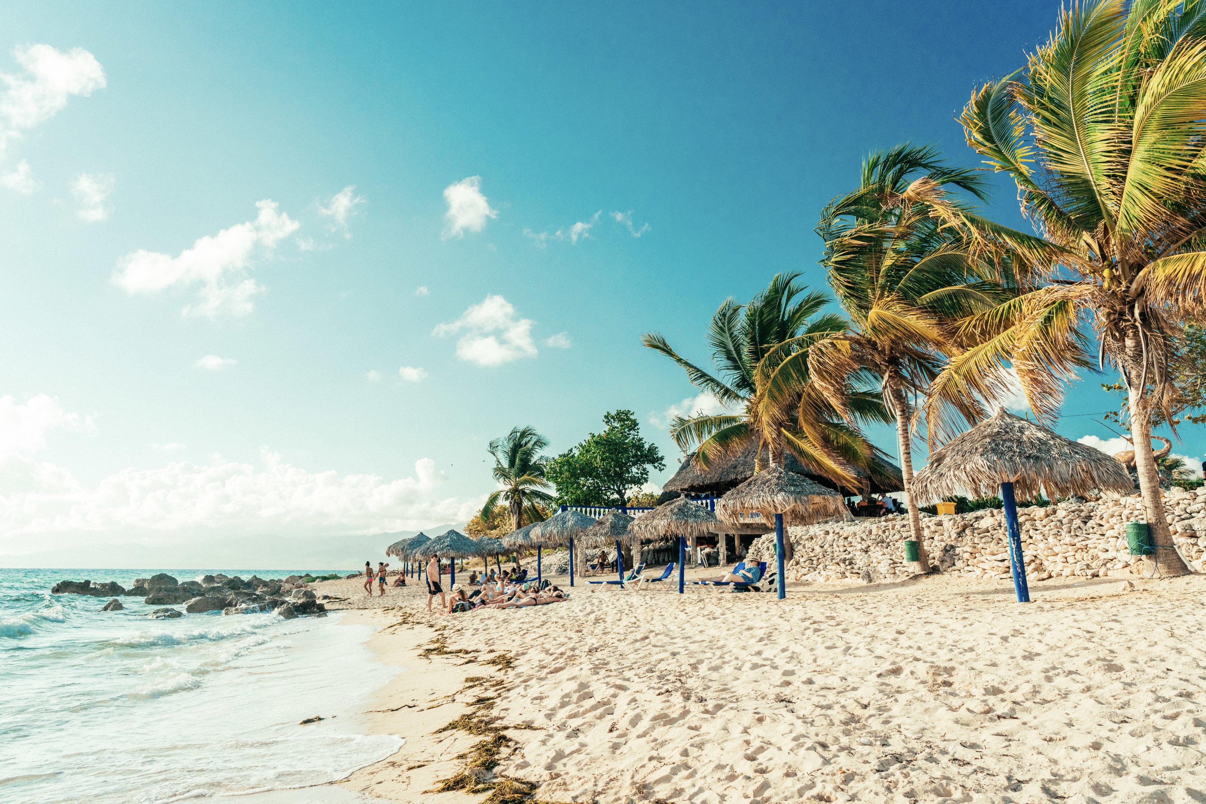 Strand mit Palmen in Kuba