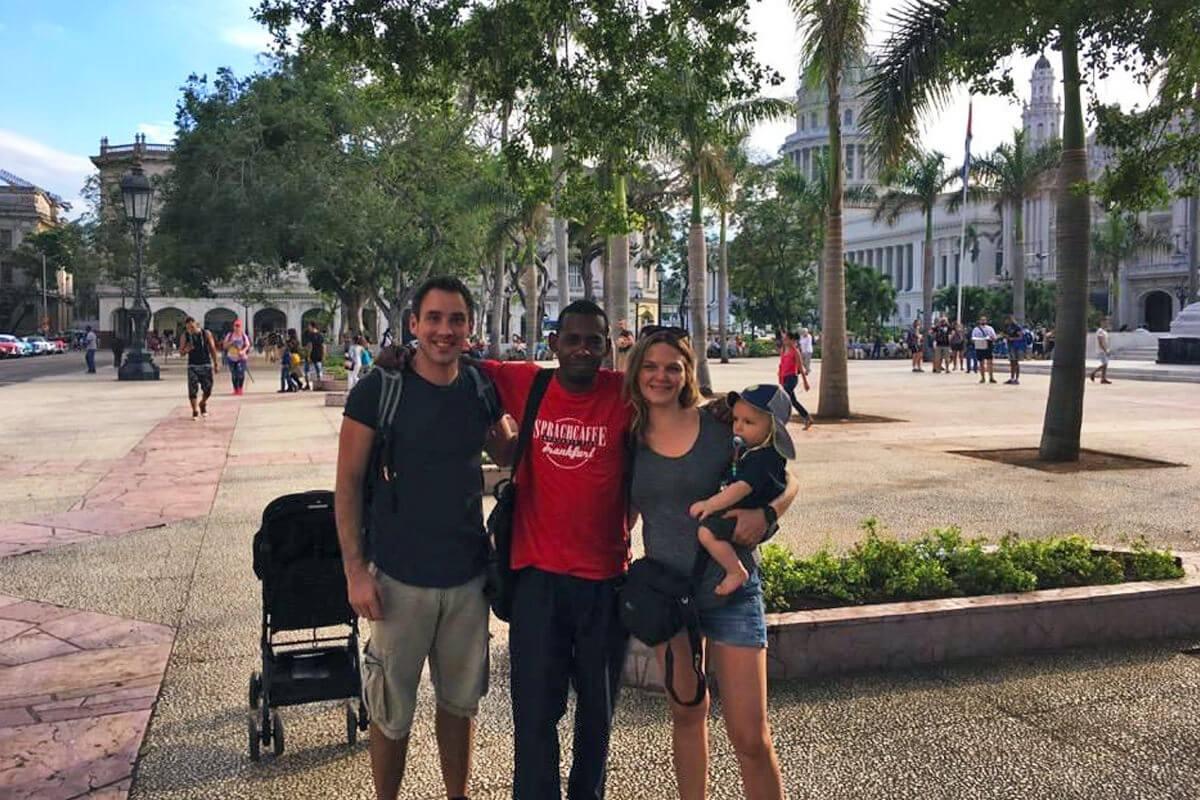 Familie mit Baby und Guide im Park in Kuba