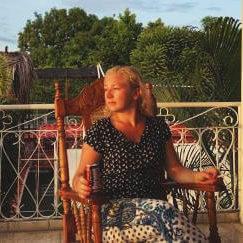 Frau auf Terraze
