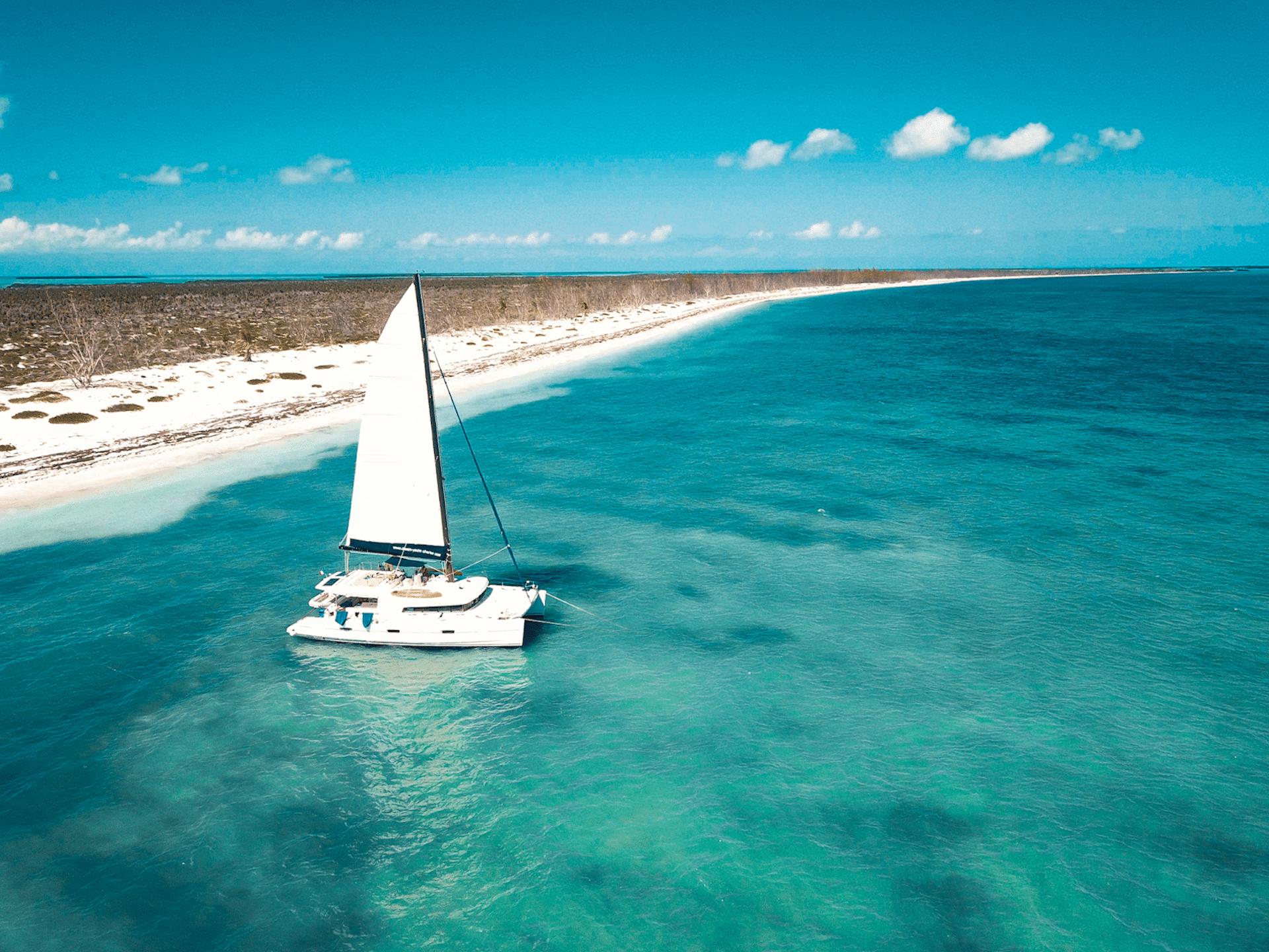Segelboot im türkisfarbenen Meer in Kuba
