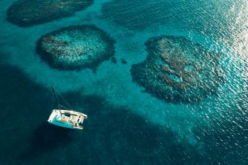 Türkisfarbenes Wasser mit Segelboot in Kuba