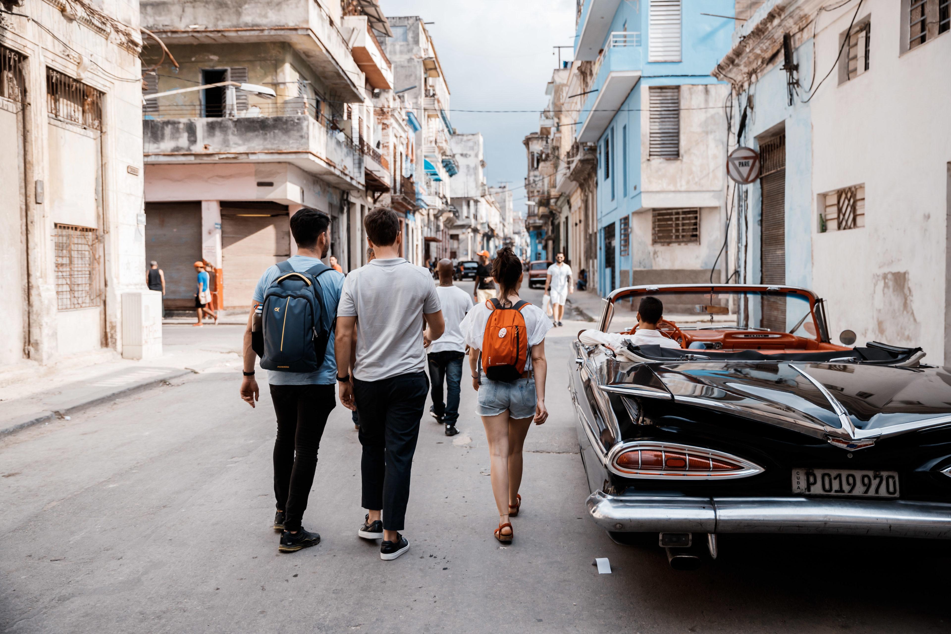 Reisende ziehen durch Havanna