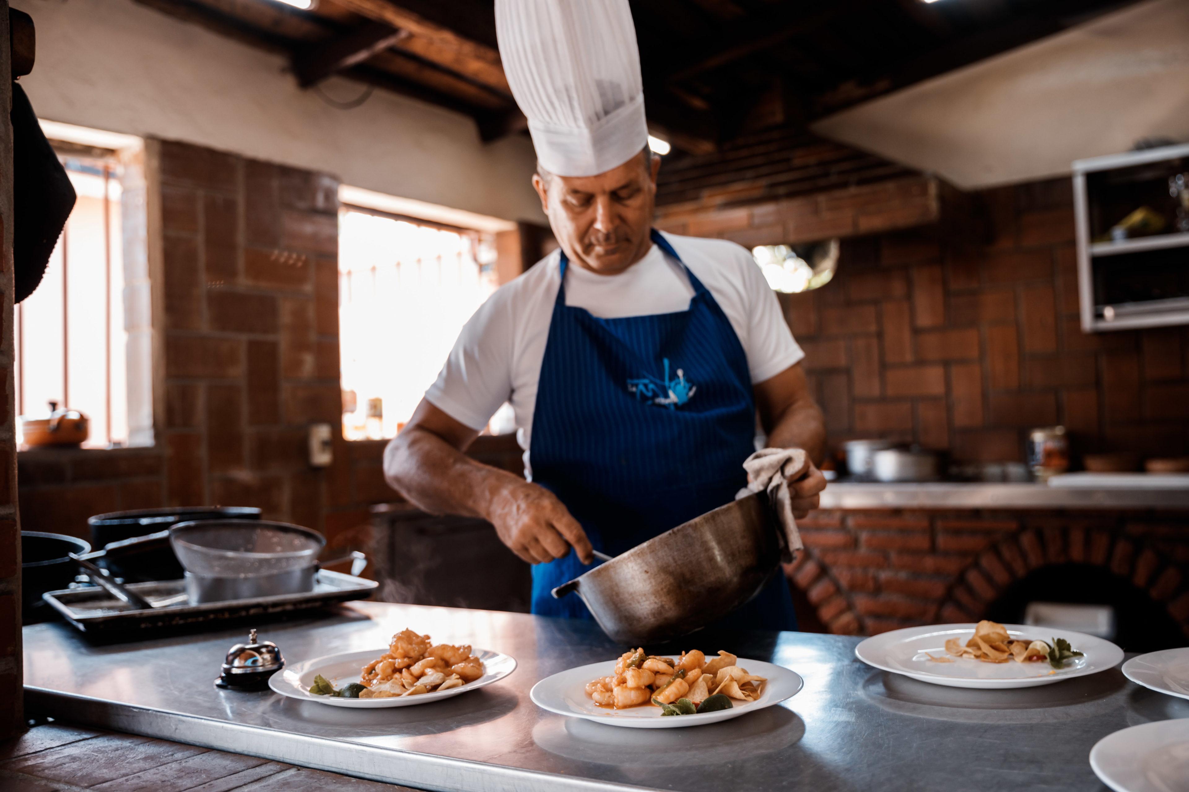Kubanischer Koch präpariert Teller
