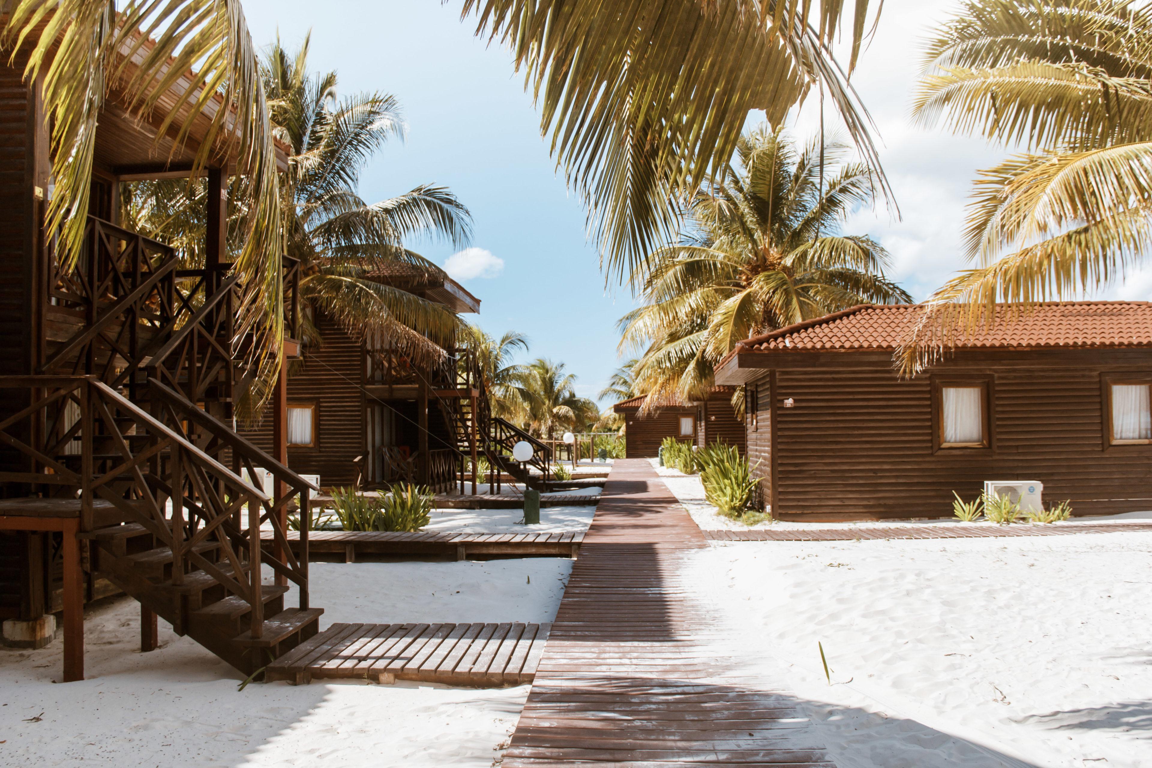 Eine Bungalow Anlage am Strand in Kuba