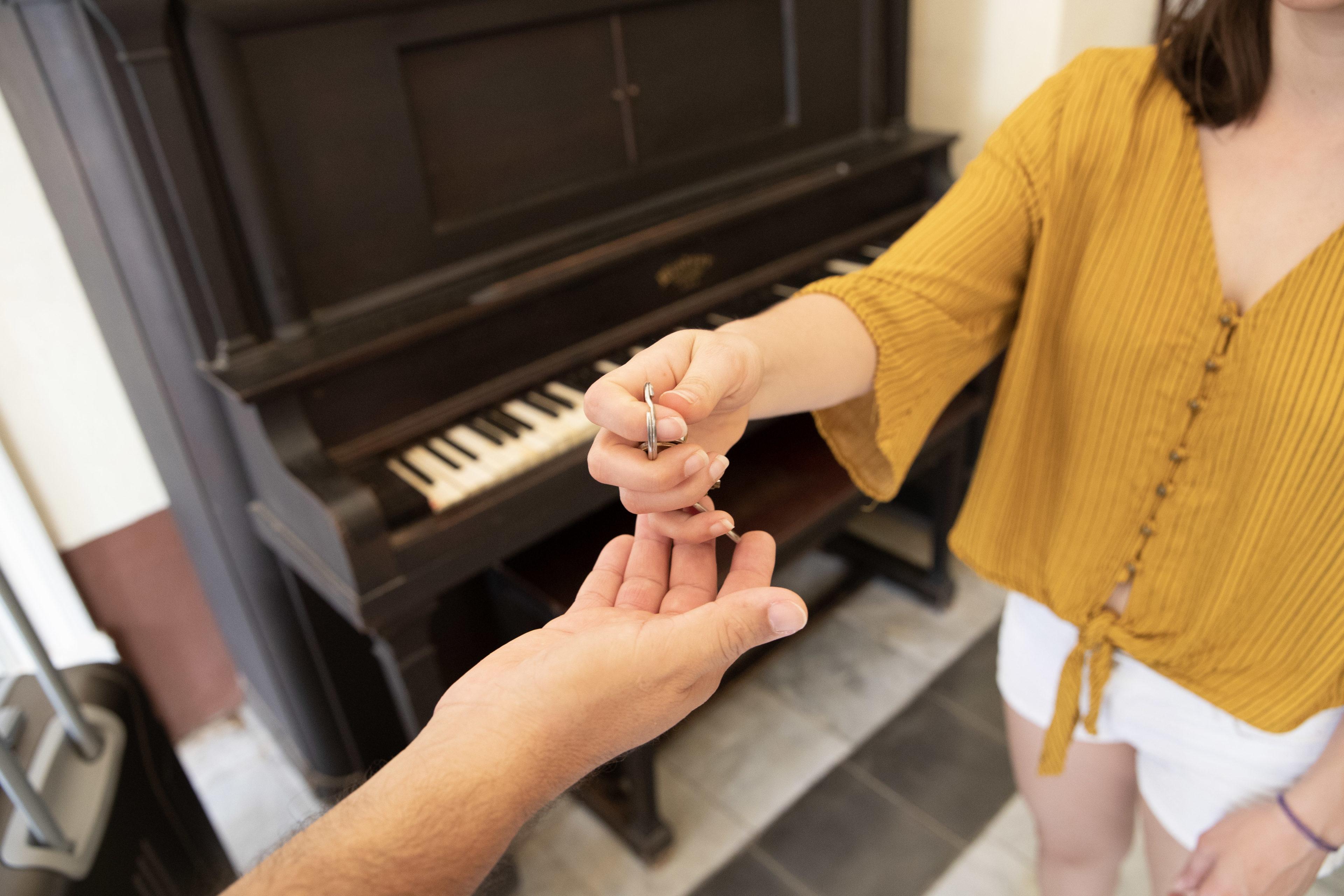 Frau übergibt Schlüssel zur Casa Particular