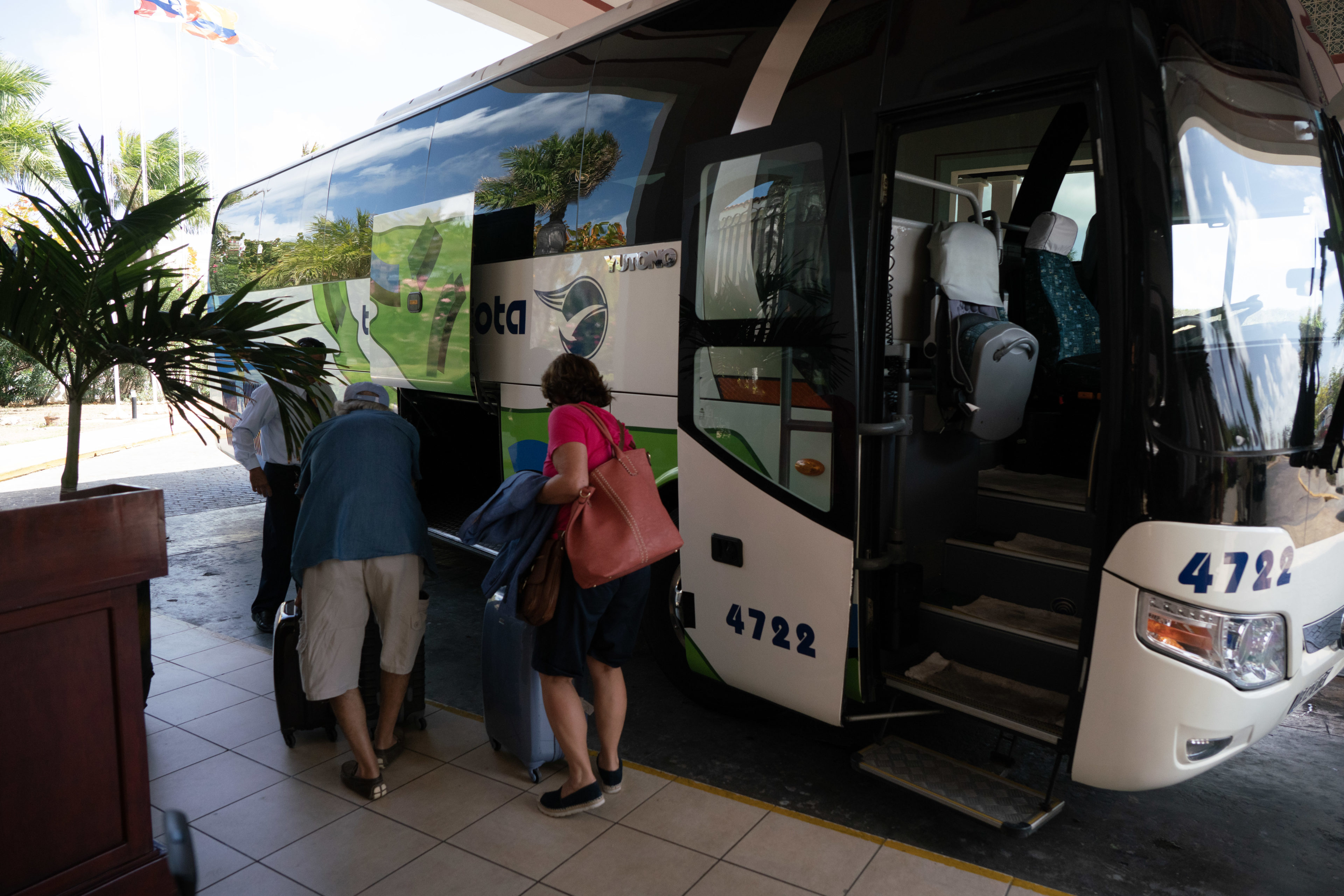 Reisender packen Gepäck im Víazul Bus in Kuba
