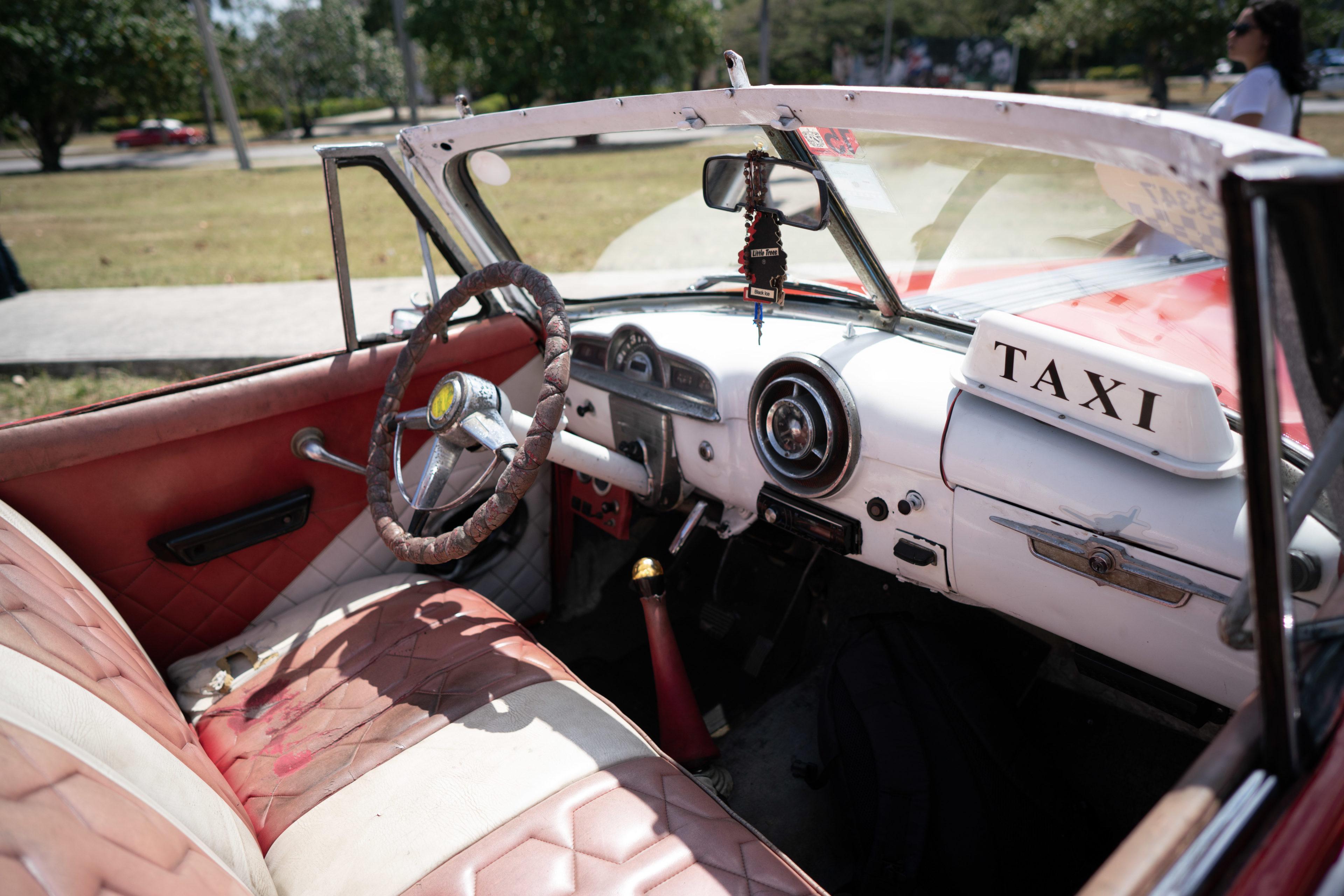 Unterwegs im Oldtimer Taxi auf Kuba