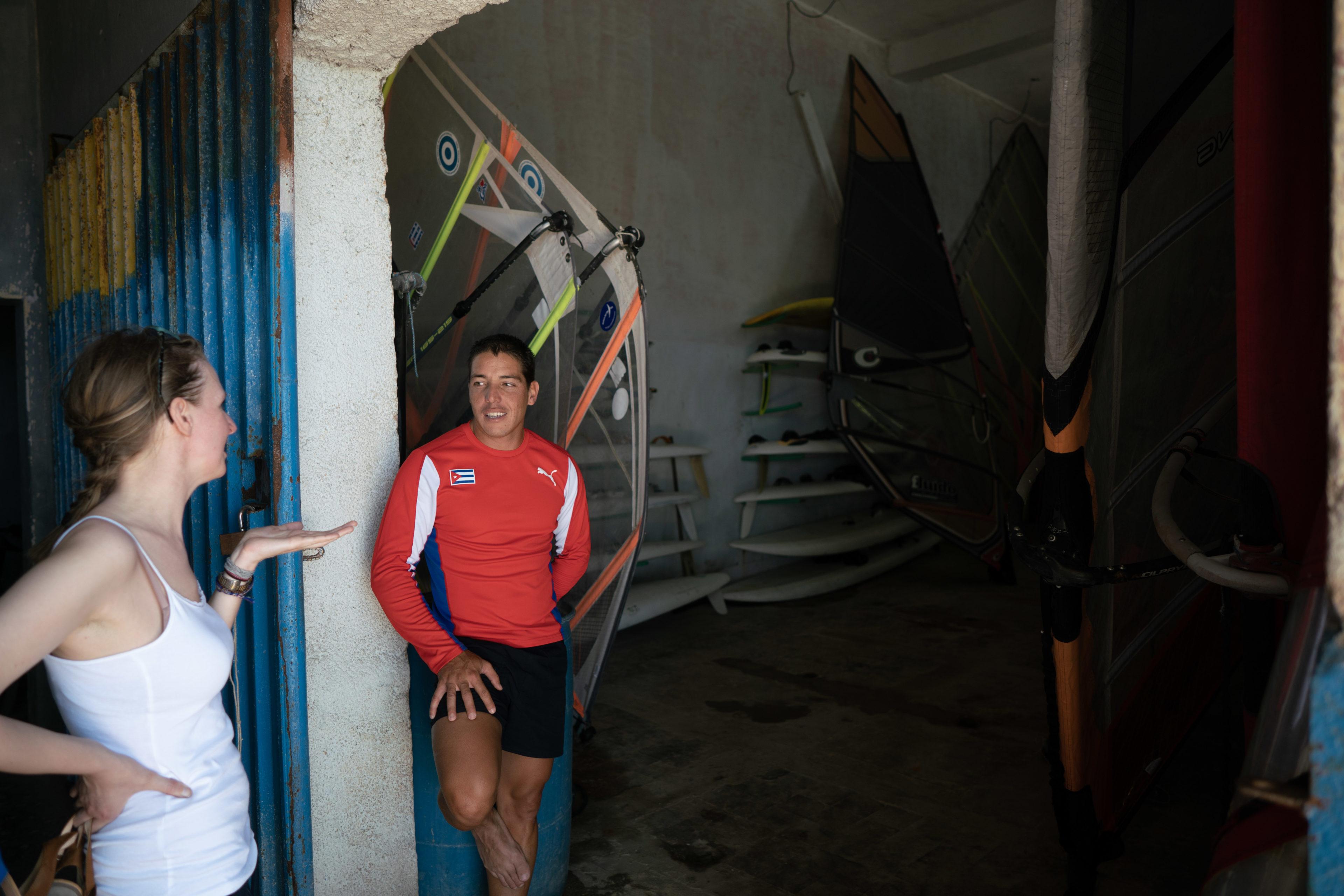 Eine Kuba-Reisende spricht mit ihrem Windsurfing-Coach, bevor sie in Havanna ans Meer geht