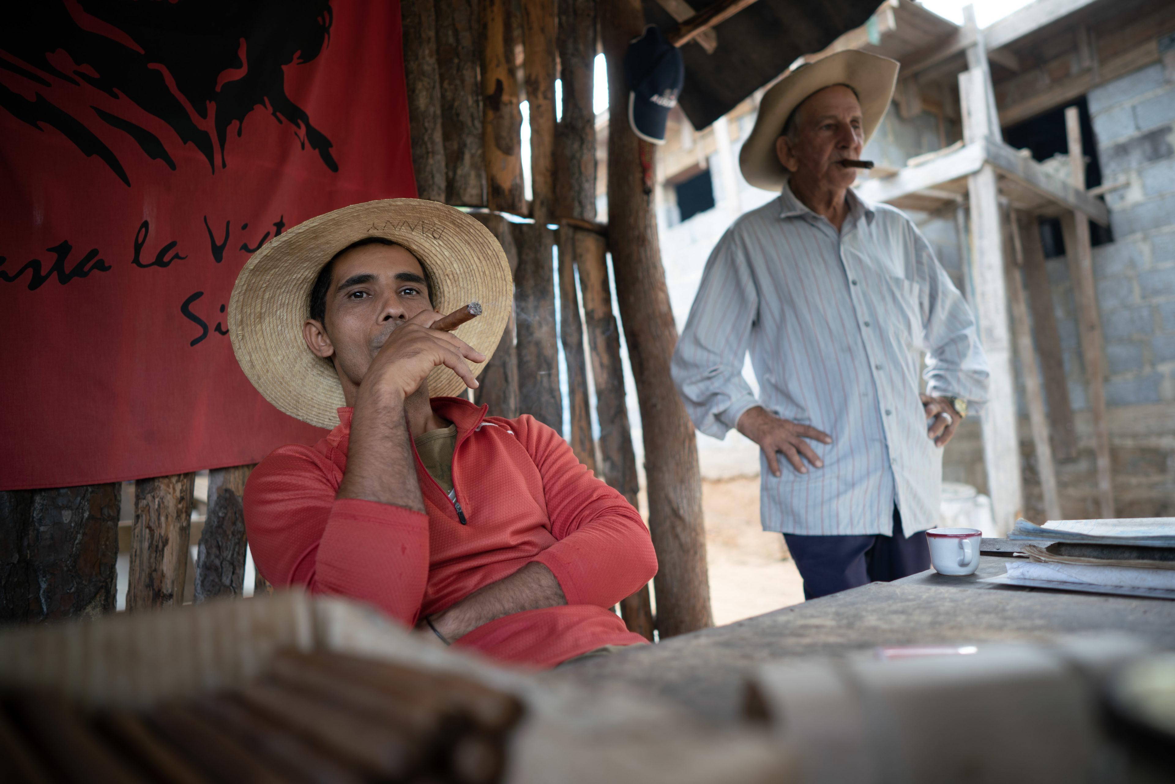 Kubaner mit Zigarre in Viñales