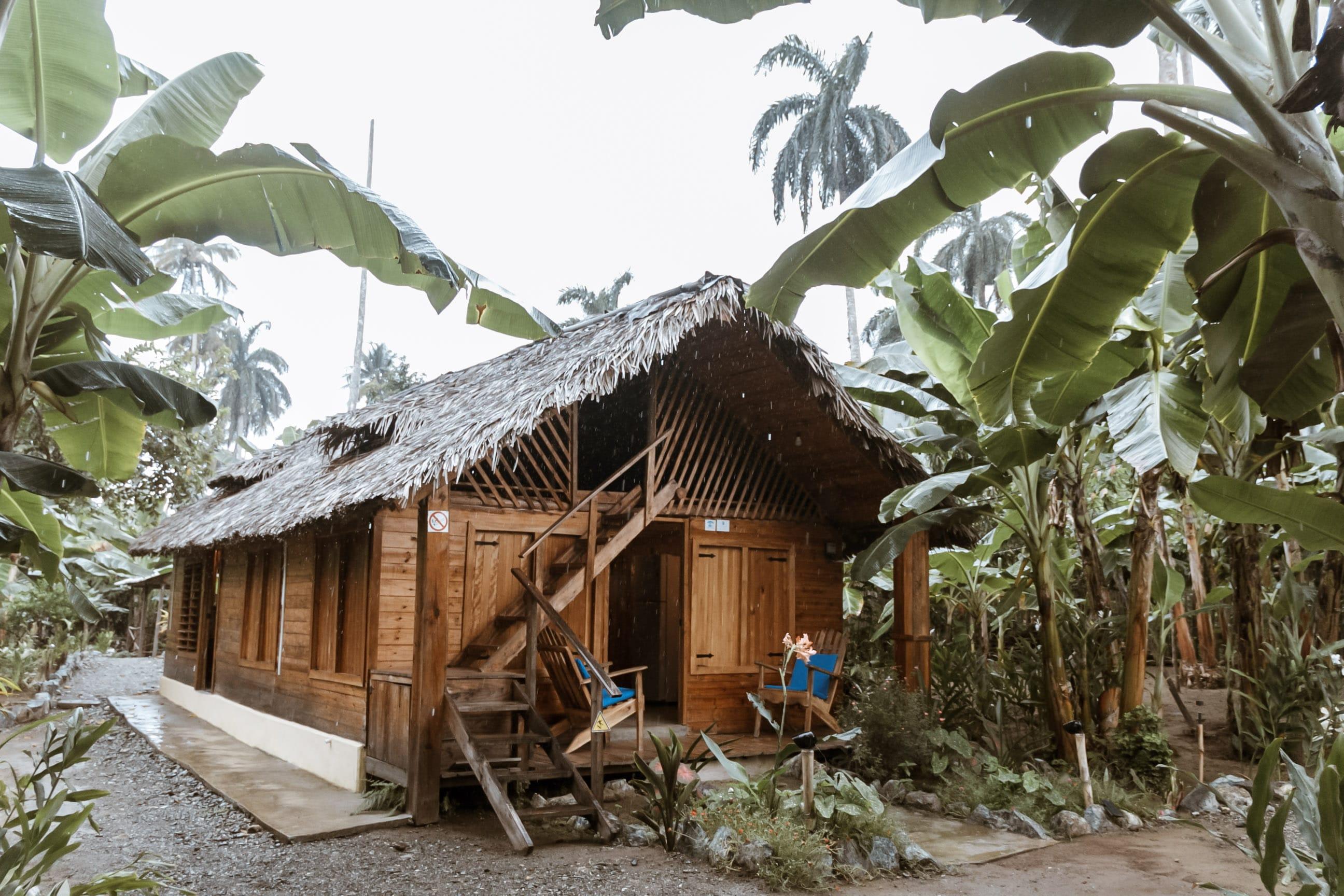 Eine Bungalowhütte in grüner Umgebung in Kuba