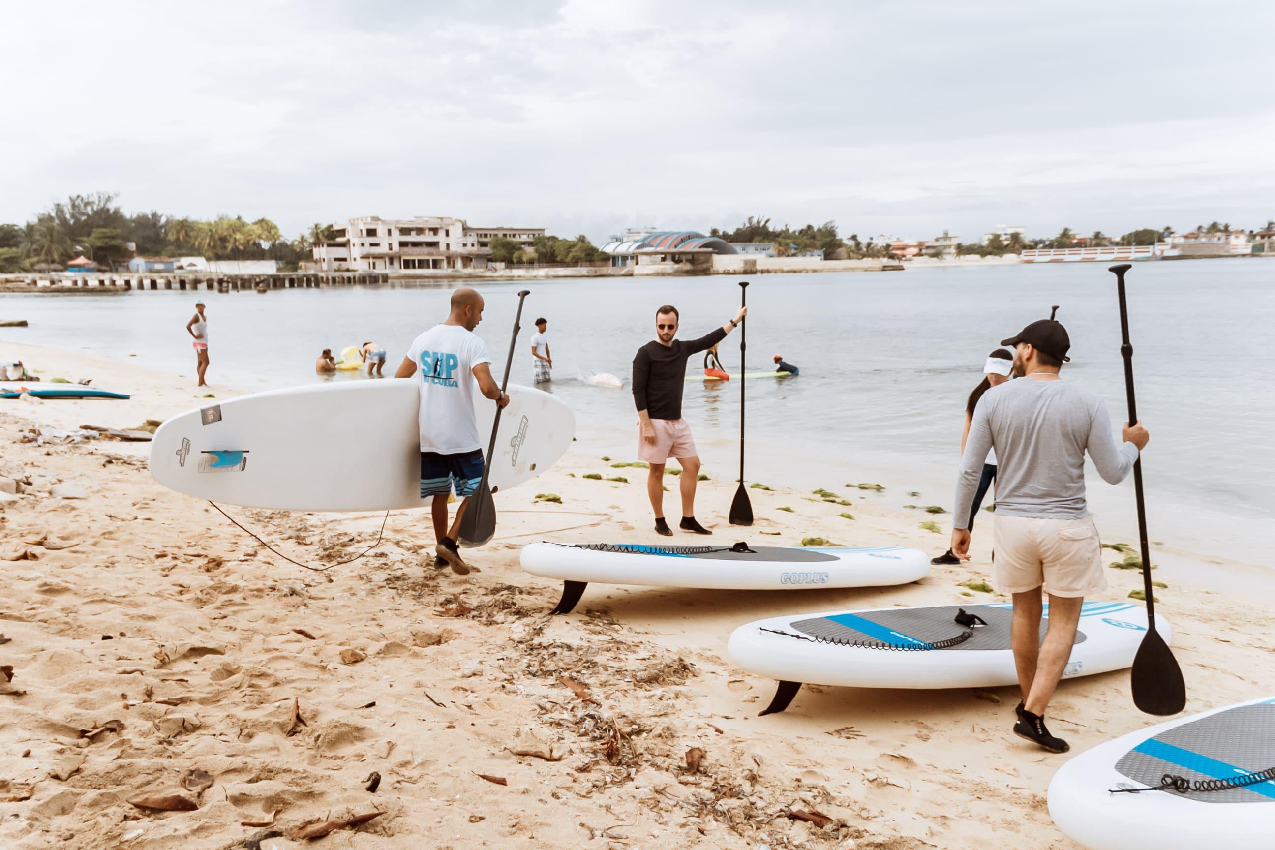 Gruppe bereitet sich auf das Stand-Up-Paddeln in Havanna vor
