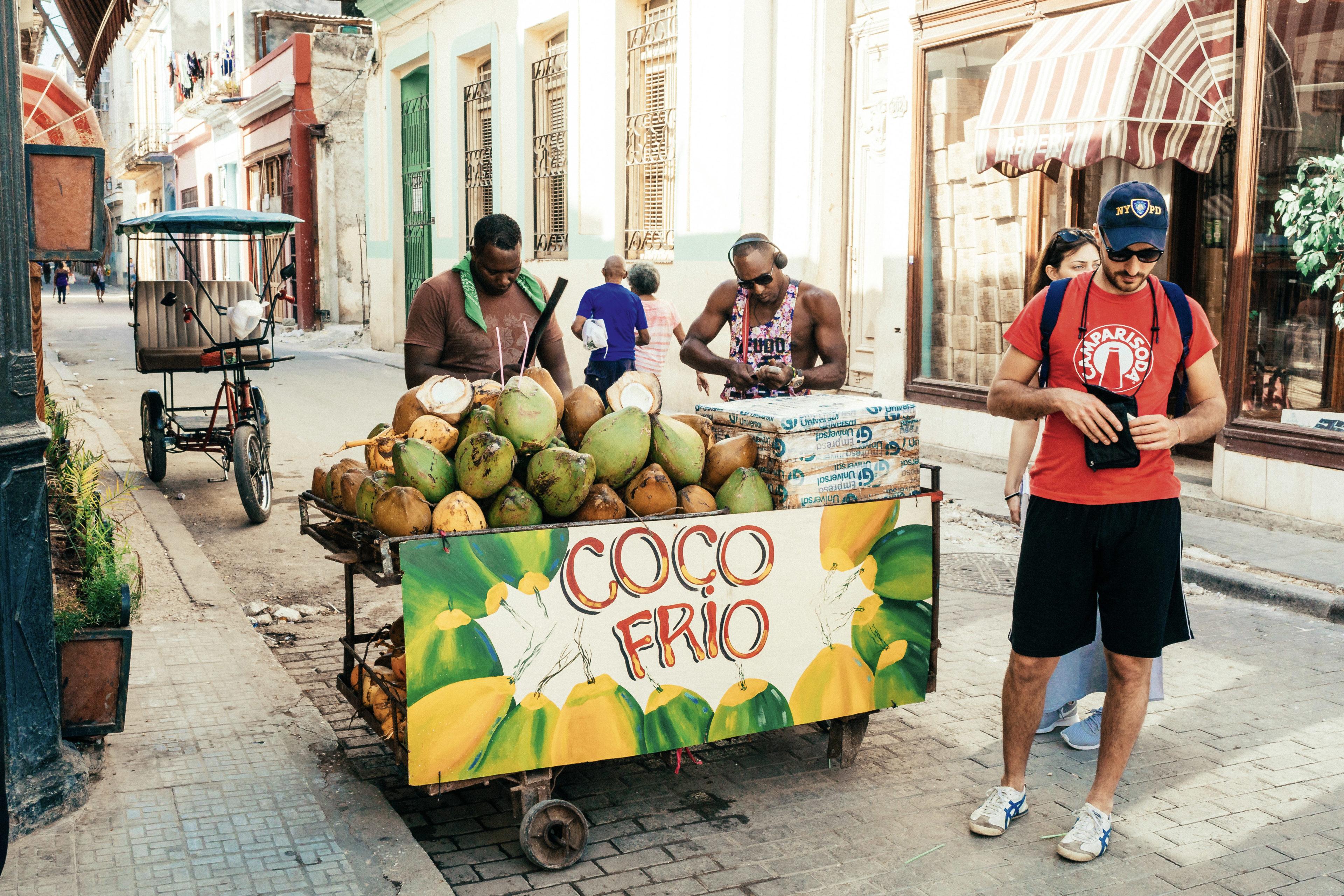 mobiler Stand mit frischen Kokosnüssen in Havanna