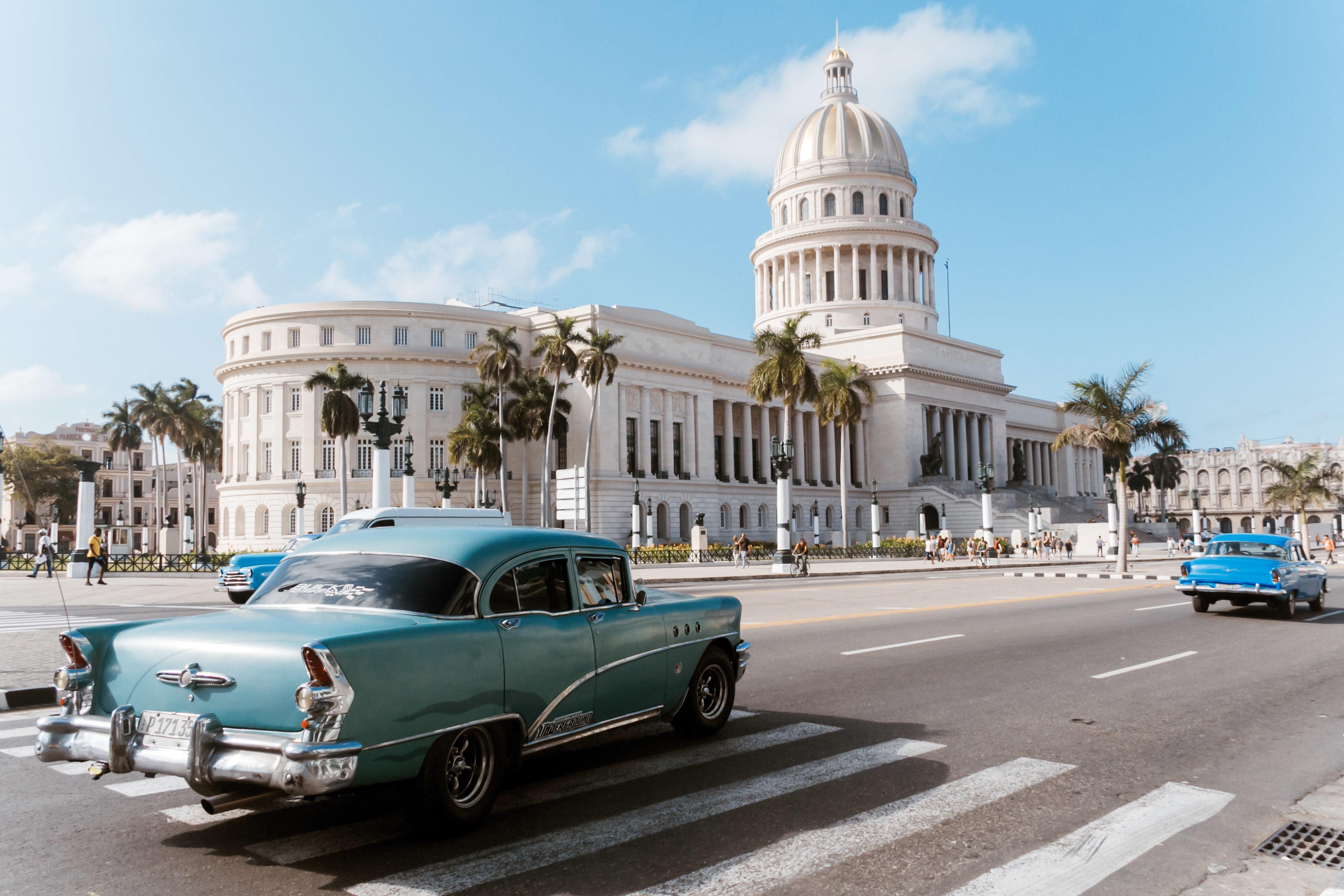 Blauer Oldtimer vor dem Kapitol Havanna