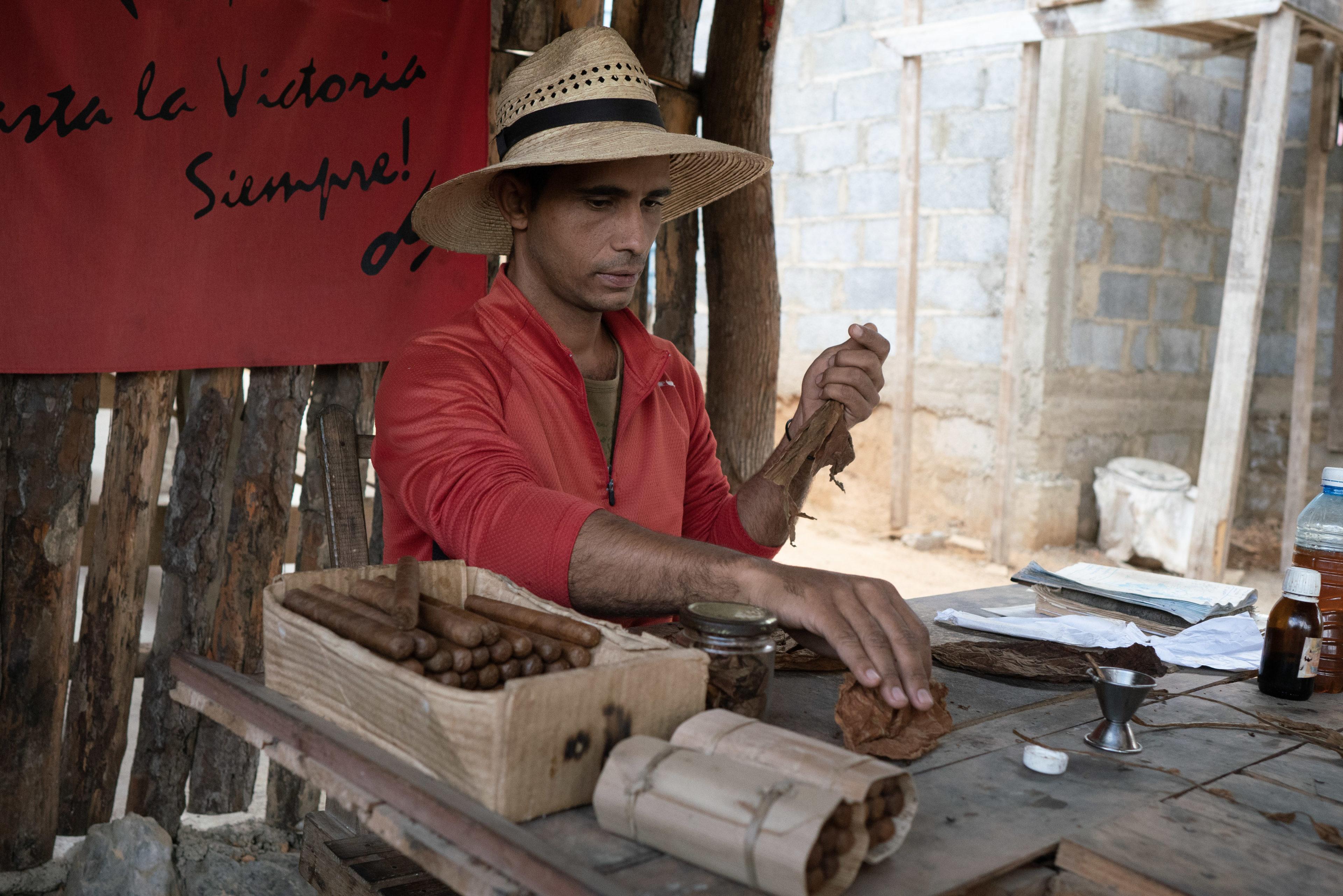 Kubaner mit Zigarre mit Viñales