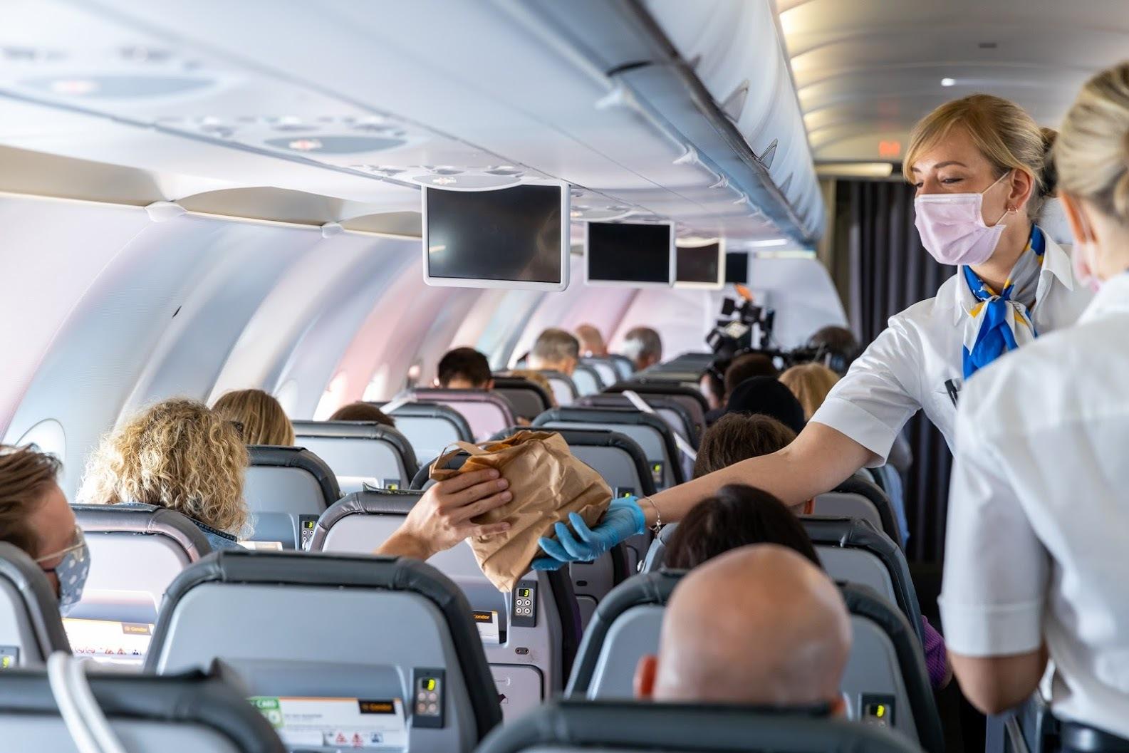 Stewardessen mit Maske auf Flug nach Kuba