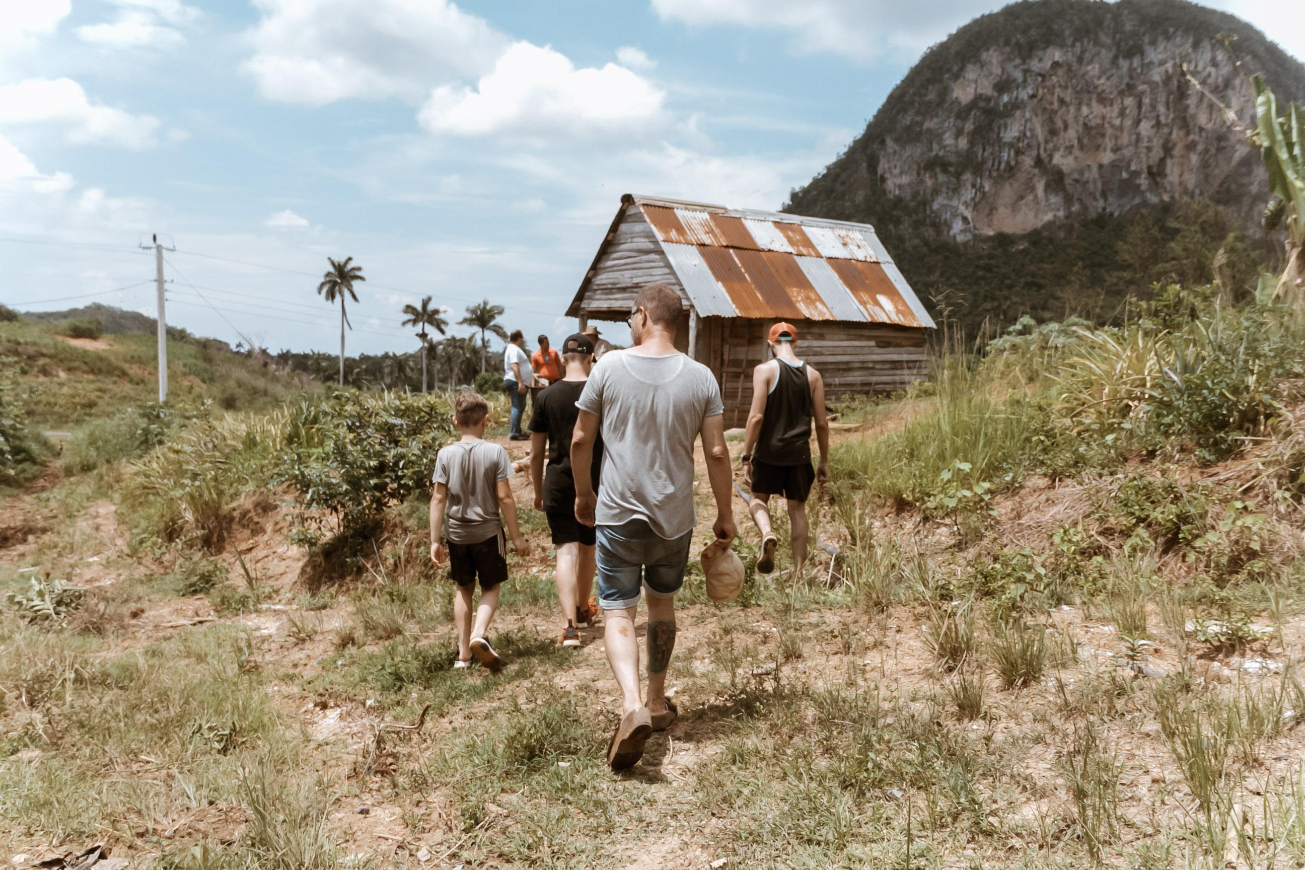 Menschen wandern im Viñalestal