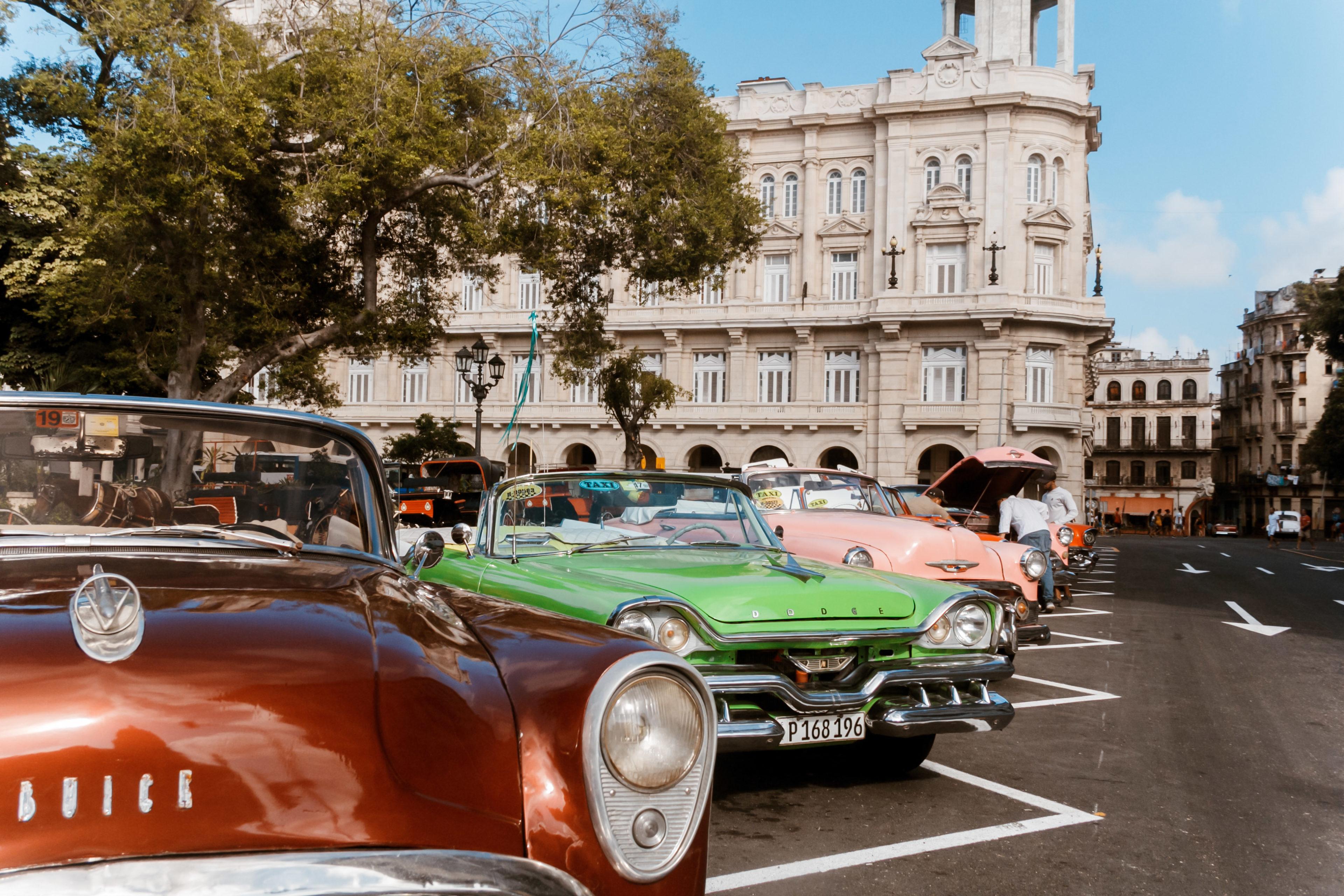 verschiedene Oldtimer warten in Havanna auf Kundschaft