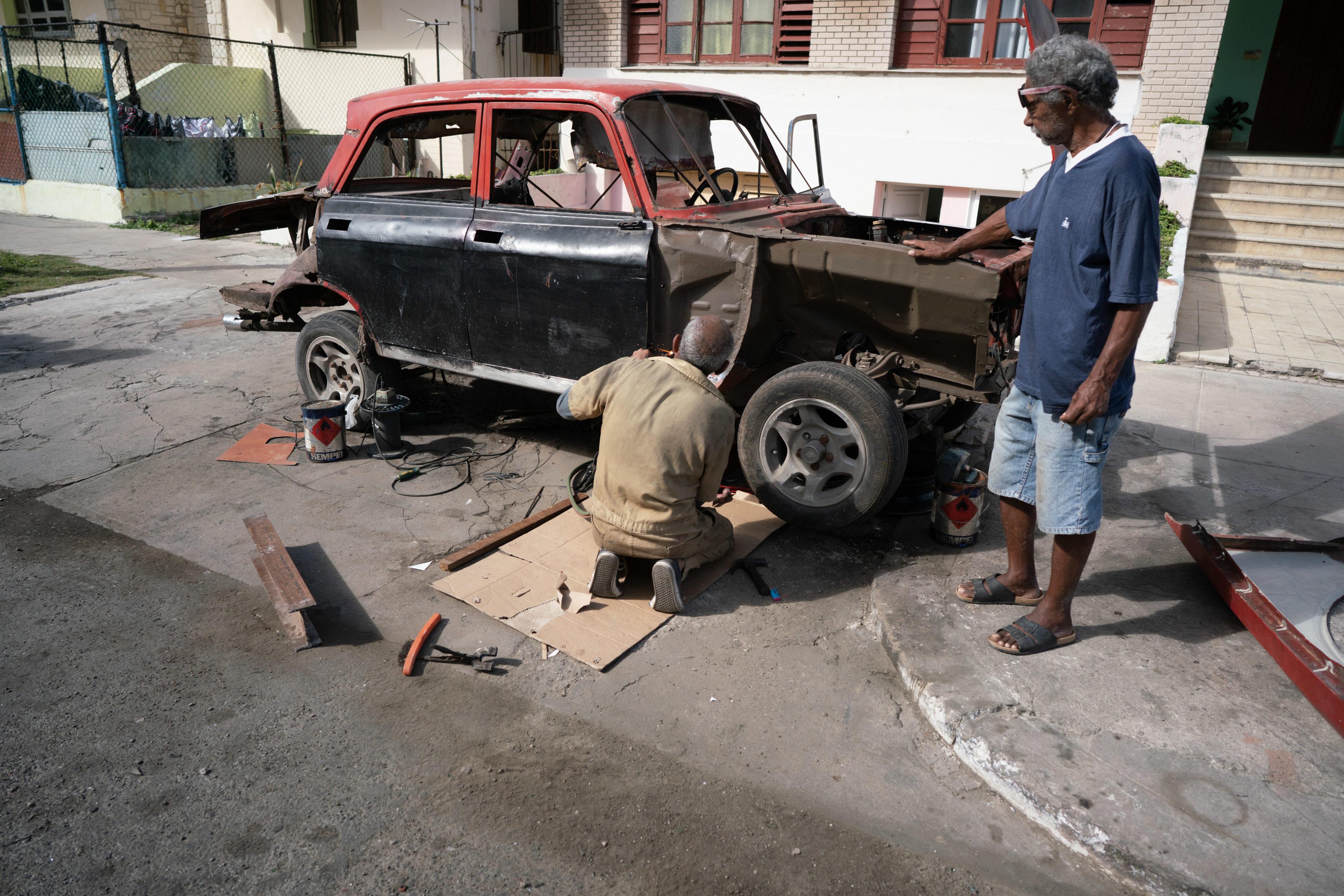 Oldtimer-Werkstatt in Kuba