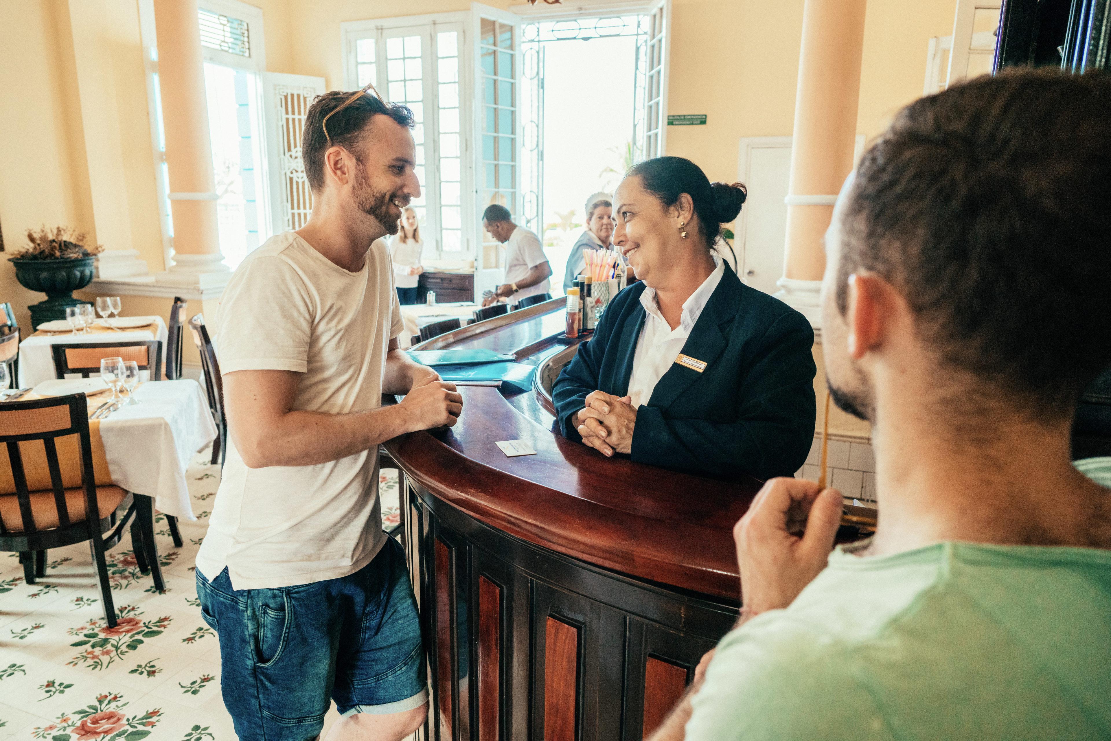 Tourist checkt in sein Hotel ein