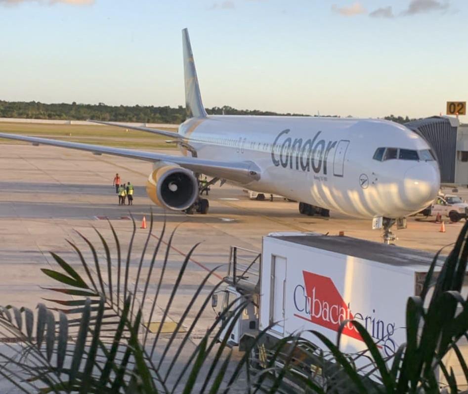 Ein Flugzeug steht auf der Landebahn in Kuba