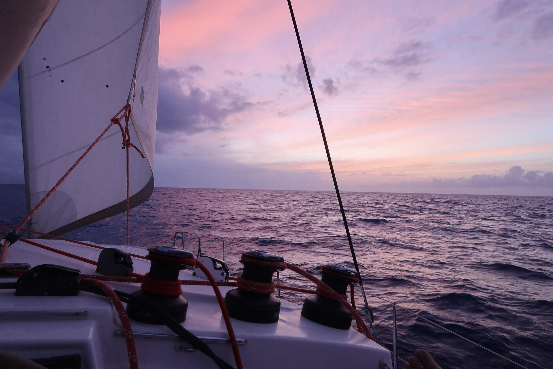 Segelboot im Sonnenuntergang in Kuba
