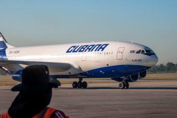 Flugzeug auf Startbahn in Kuba