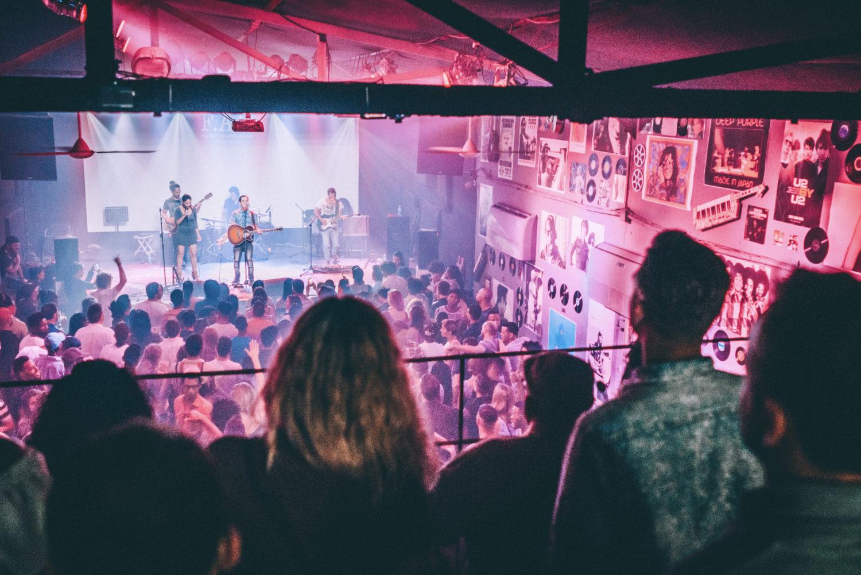 Zuschauer bei einem Konzert in der Fabrica de Arte in Havanna