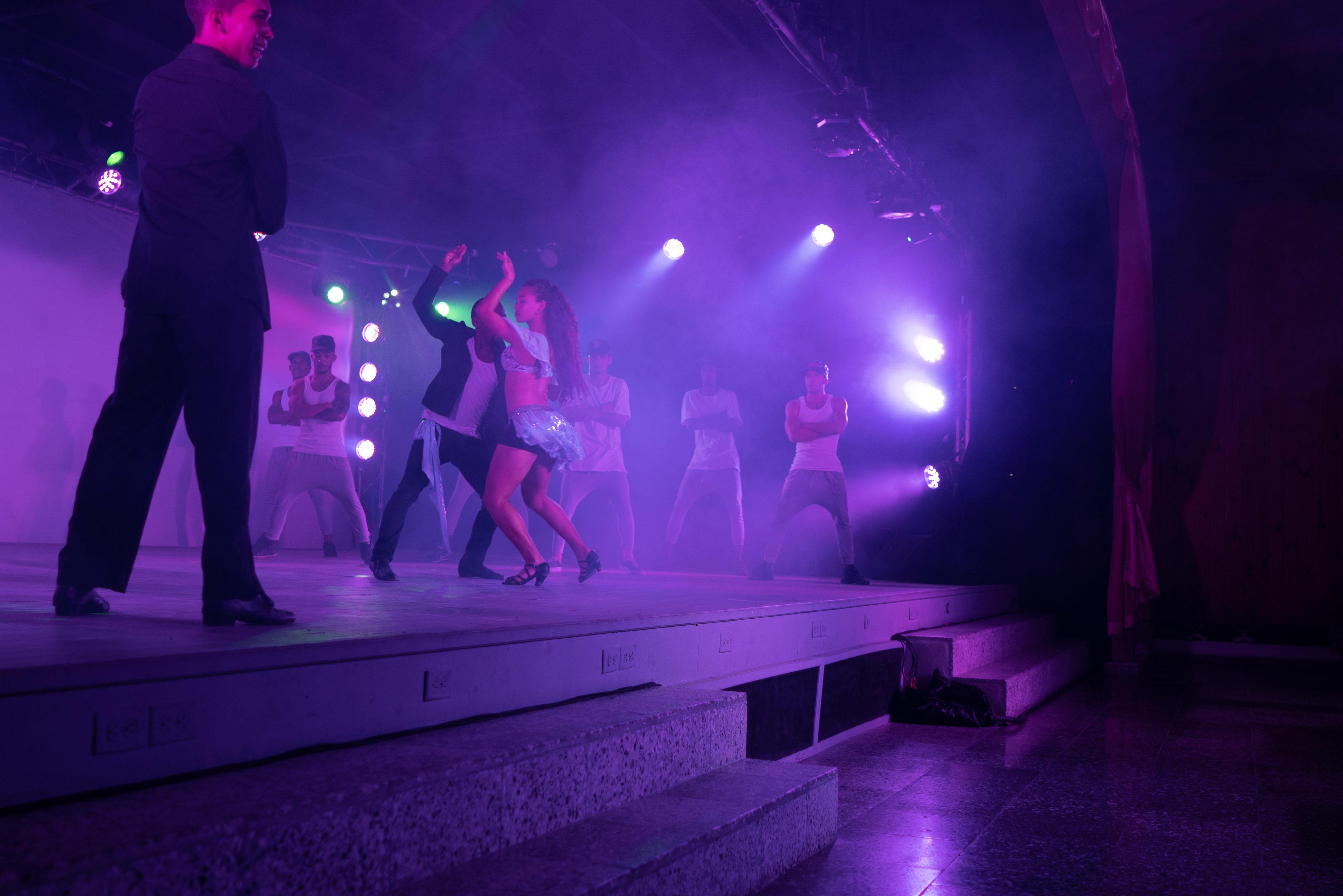 Ein Paar tanzt Salsa in einer Tanzshow in Havanna