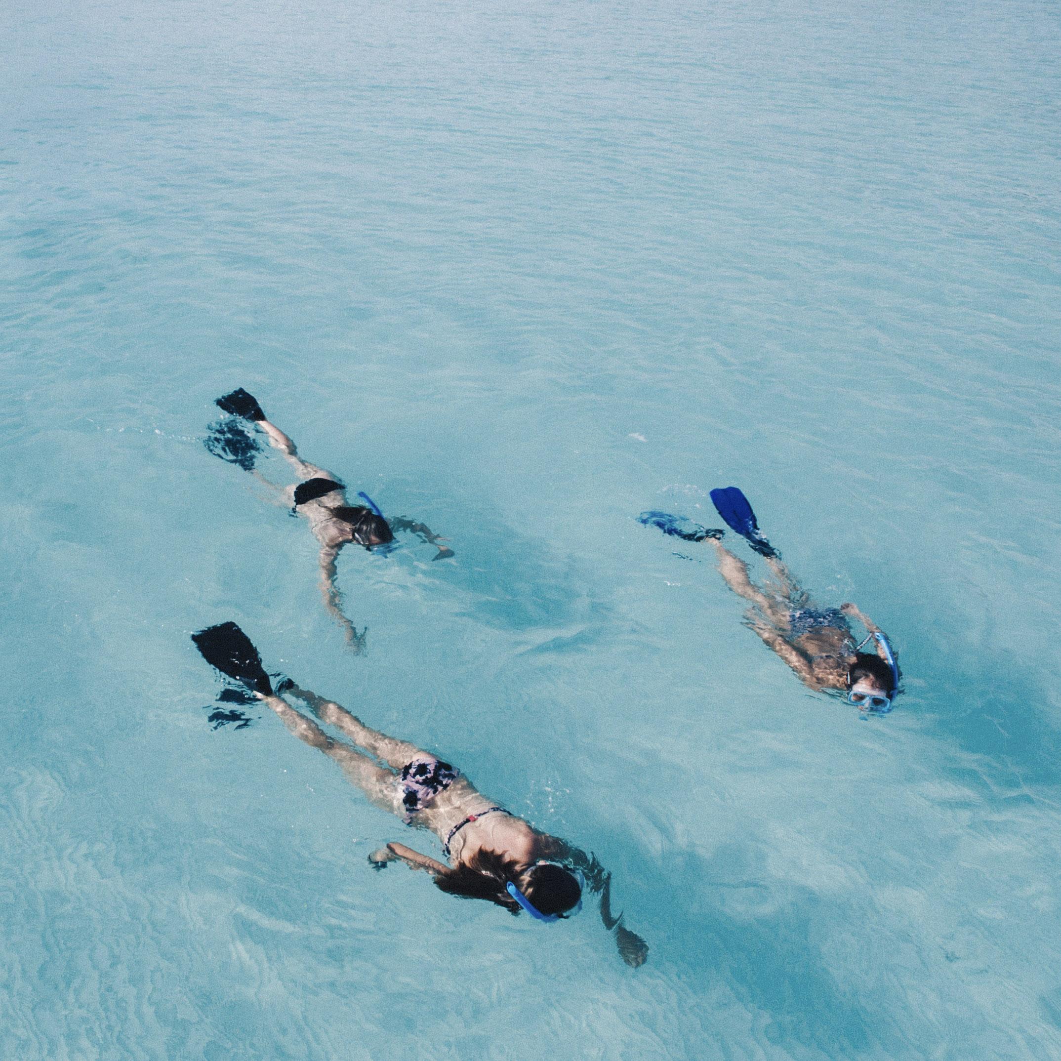 Drei Personen beim Schnorcheln in Kuba