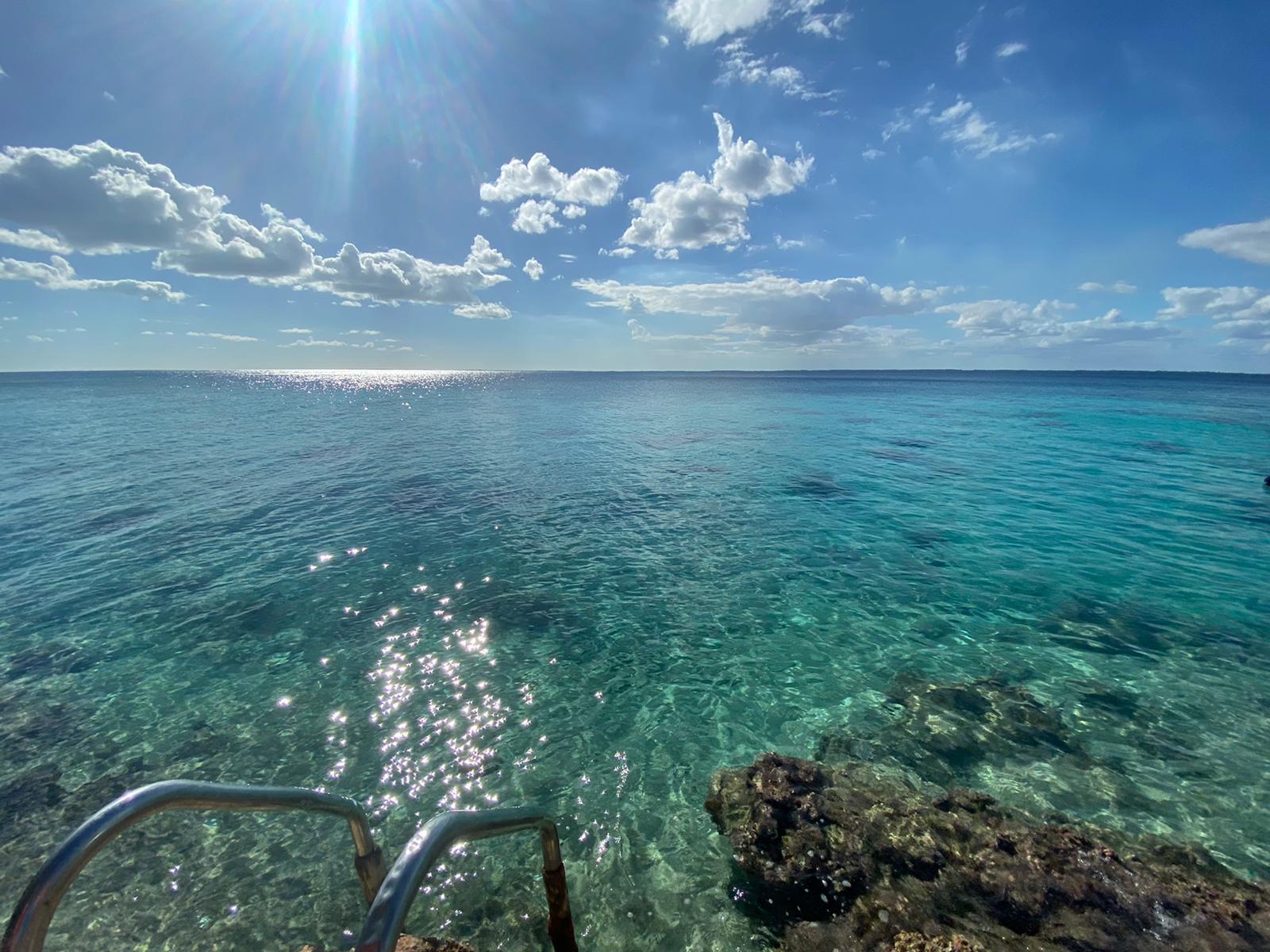 Klares blaues Wasser in Playa Larga