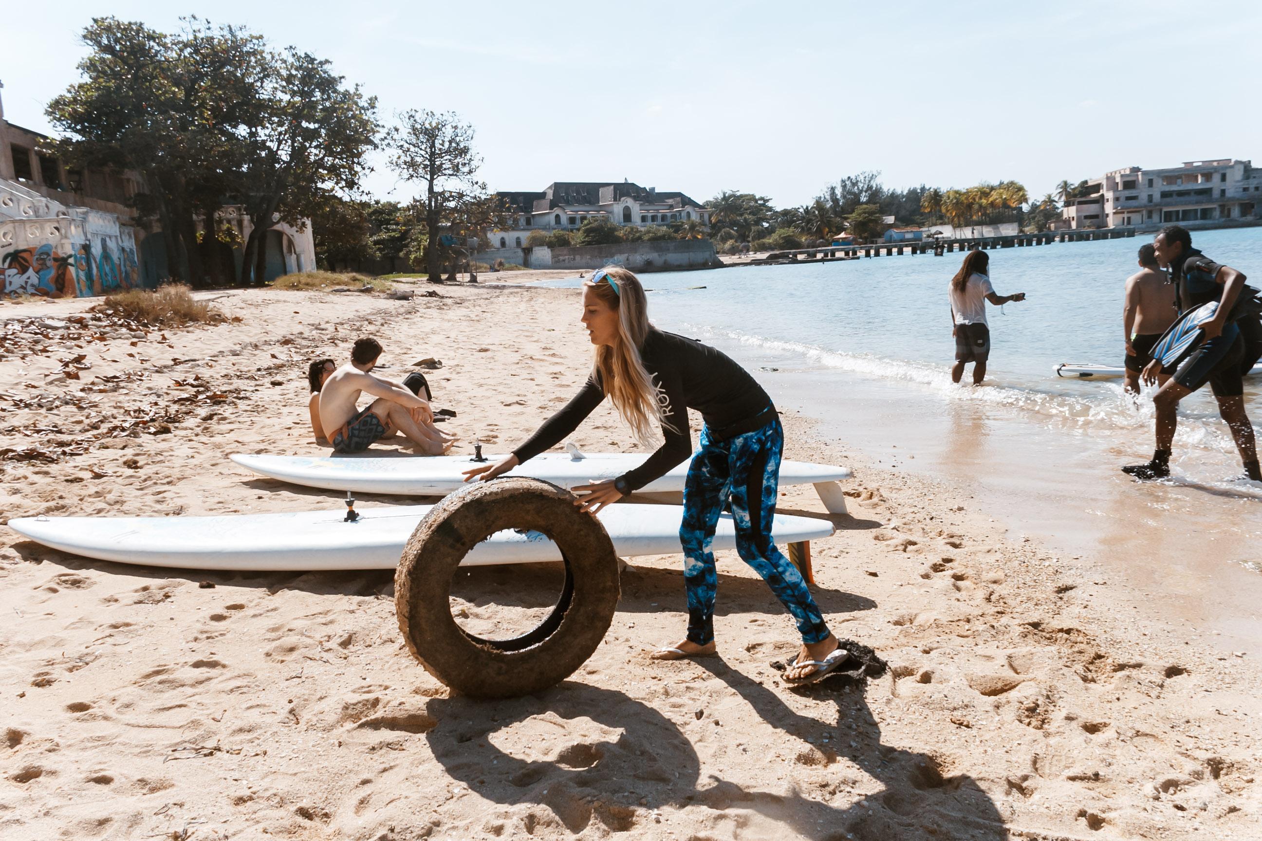 Frau hilft bei der Reinigung des Strands la Concha in Havanna