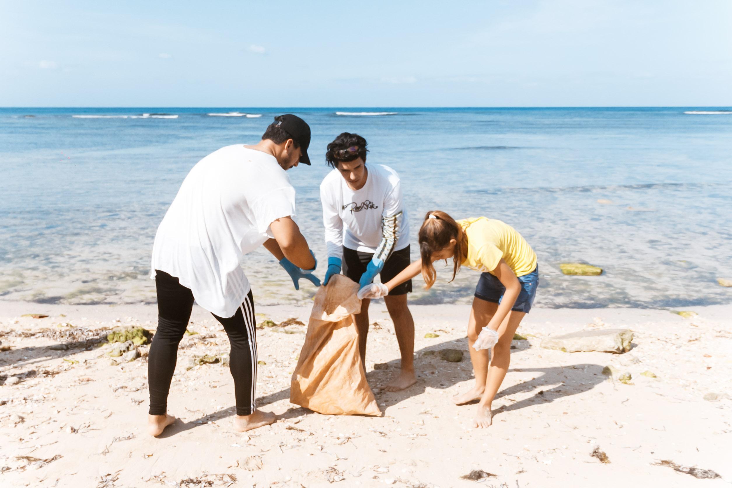 Eine Gruppe aus Freiwilligen räumt den Strand in Havanna auf