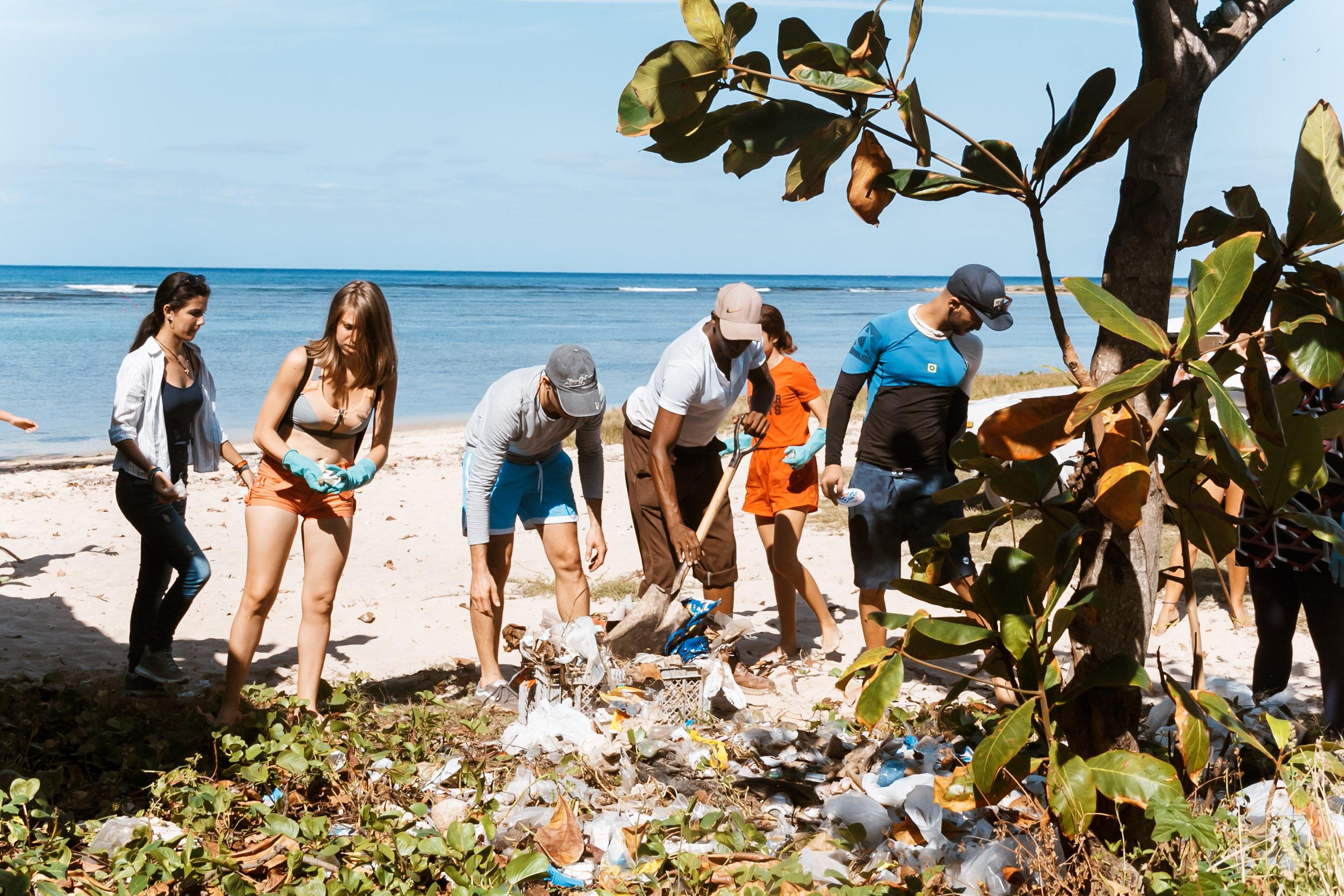 Freiwillige reinigen den Strand la Concha in Havanna