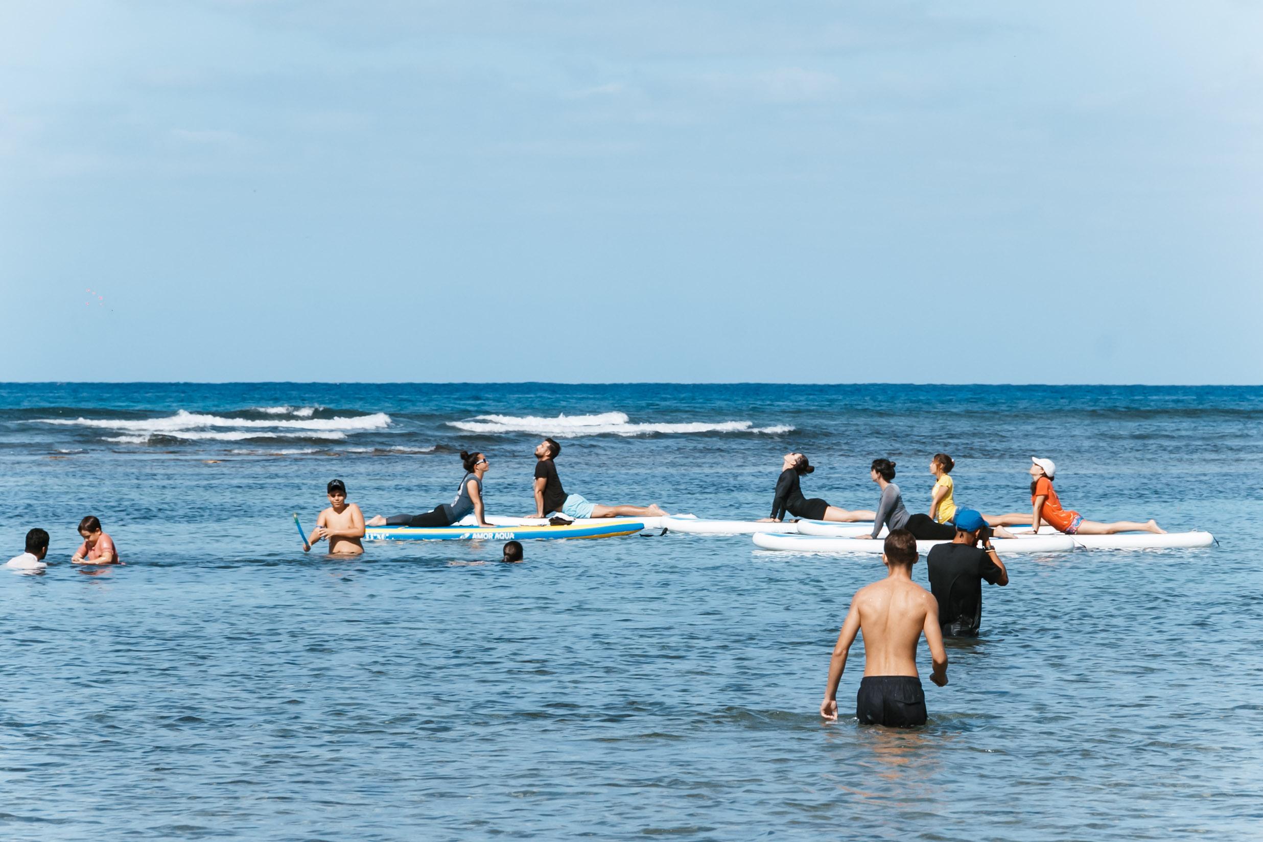 Freiwillige beim Yoga auf dem Board nach einem Beach Cleaning in Havanna