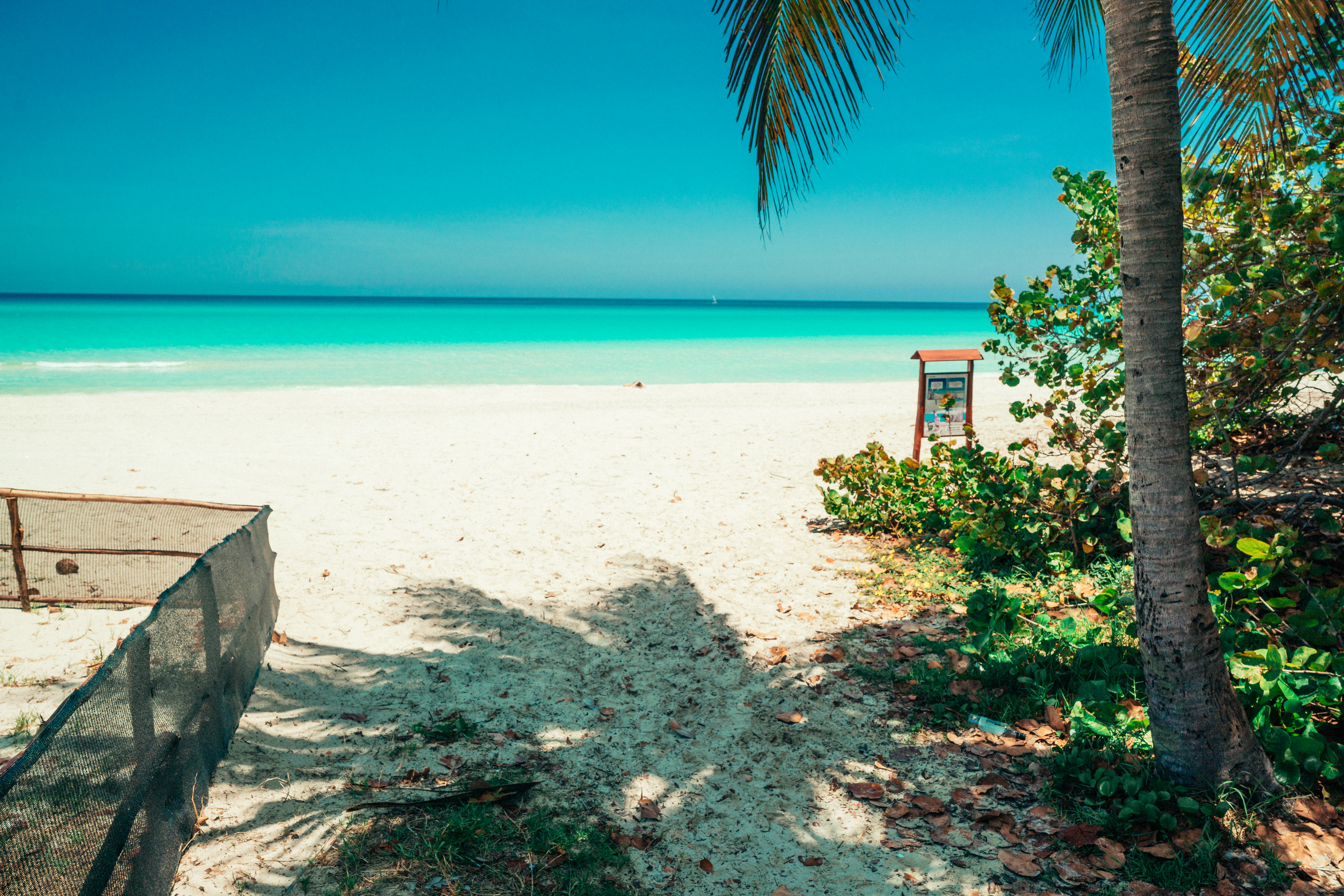 Strand mit türkisblauem Wasser in Playa Ancon, Trinidad